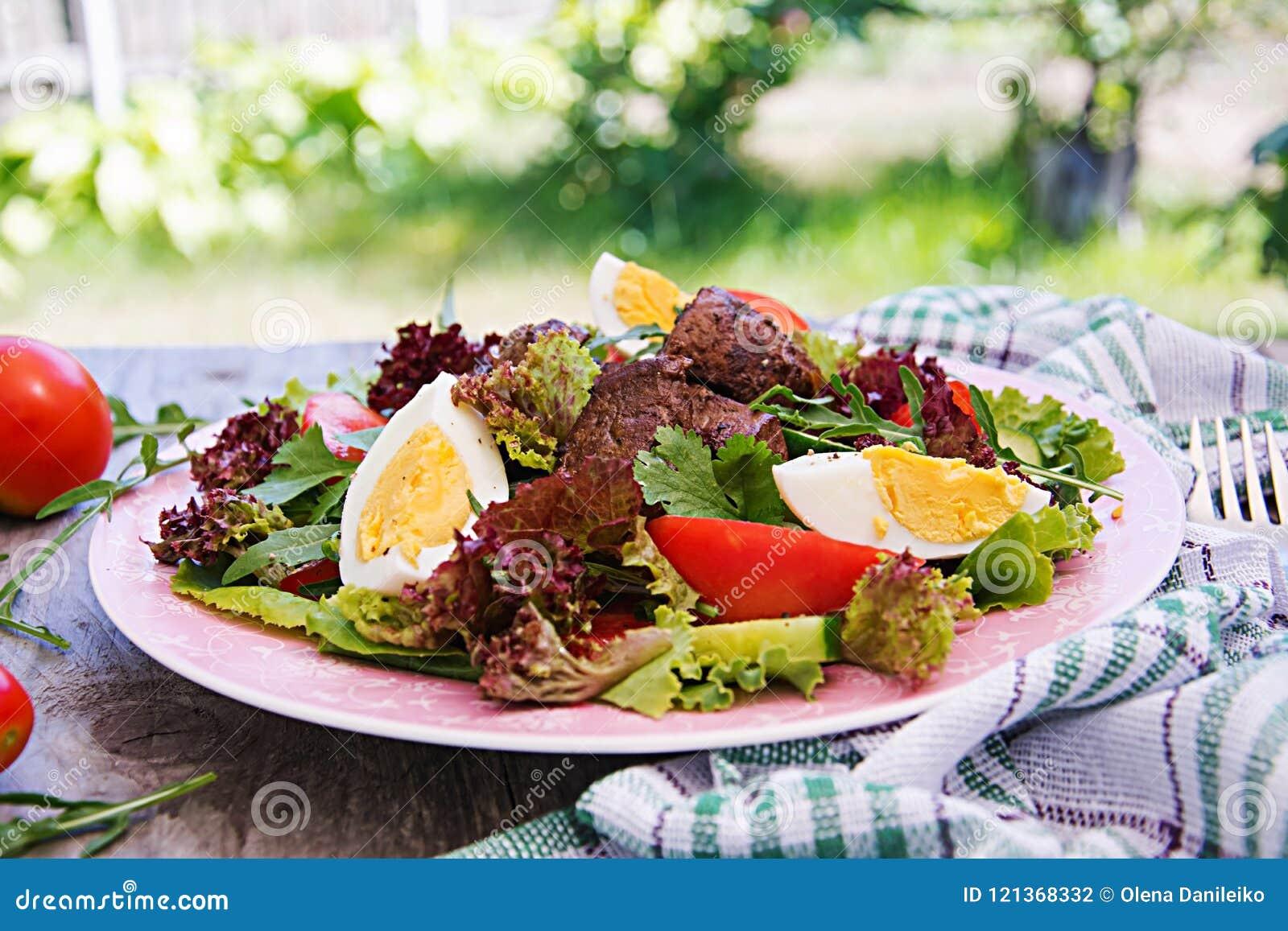 Varm sallad från feg lever, tomaten, gurkan och ägg