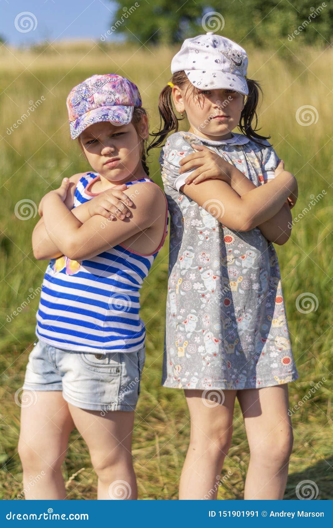 Varm sommar Liten flicka som två poserar för kameran