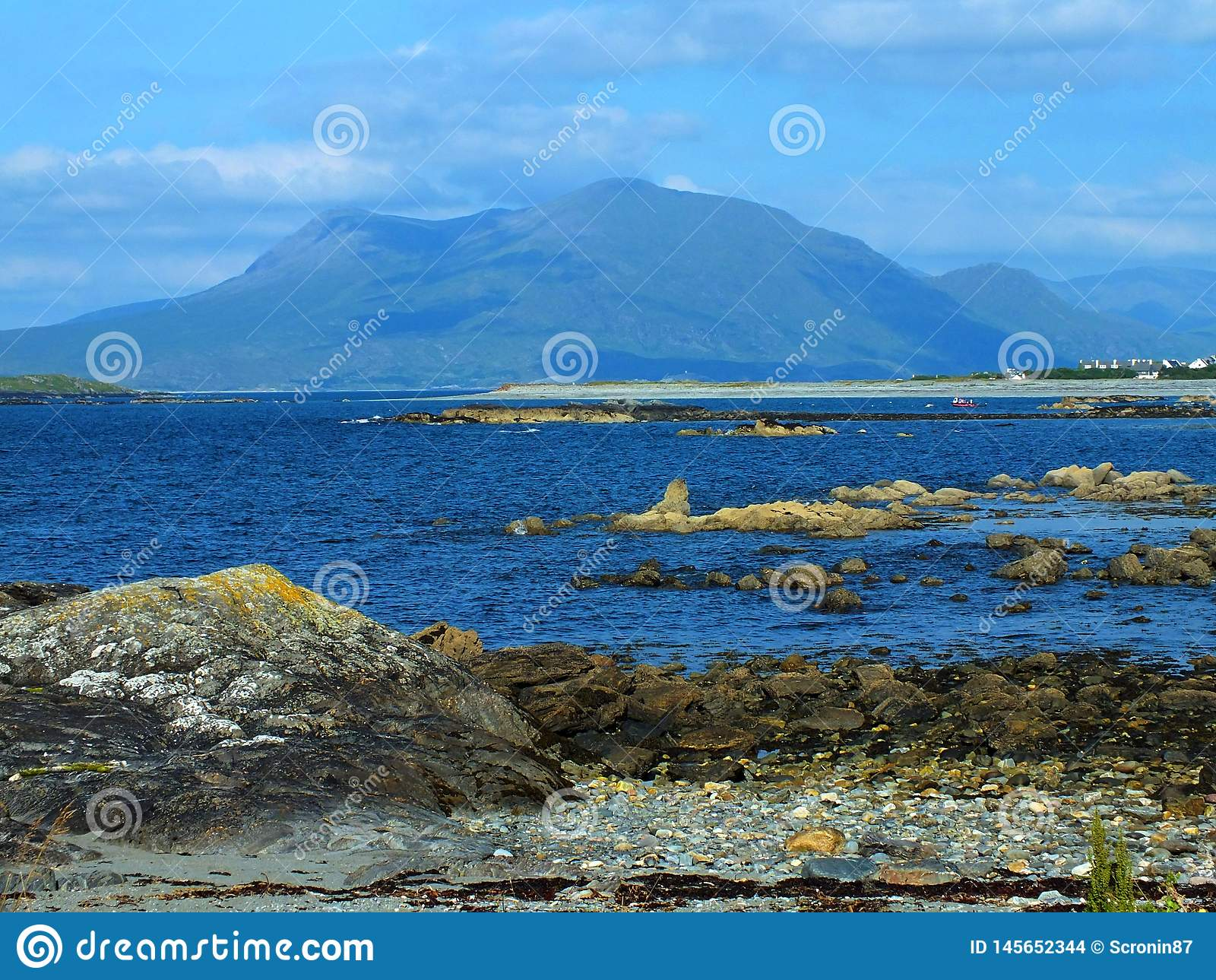 Varm stenig Connemara strand