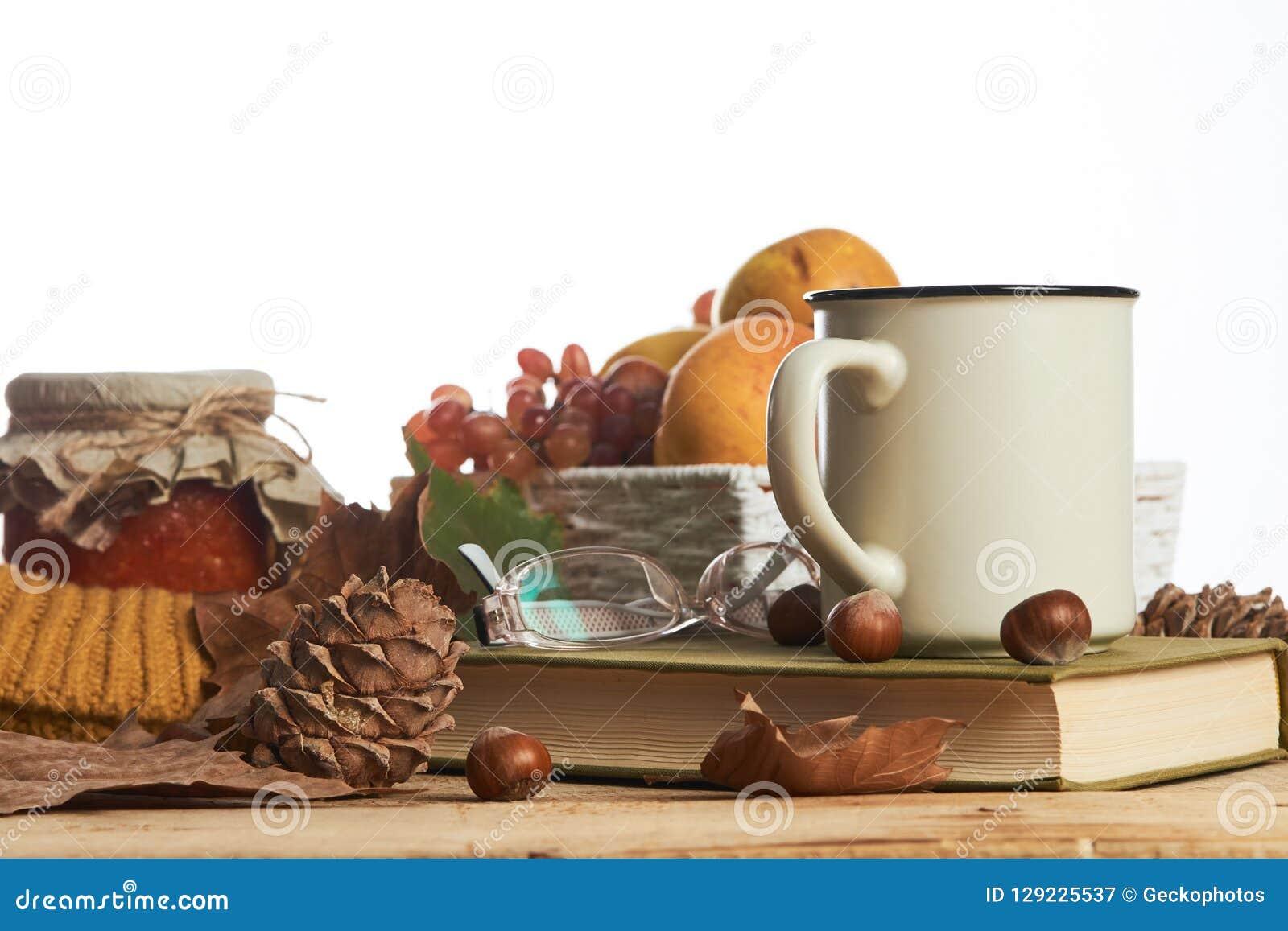 Varma exponeringsglas för gammal bok för kaffekopp och höstsidor med fruktbas