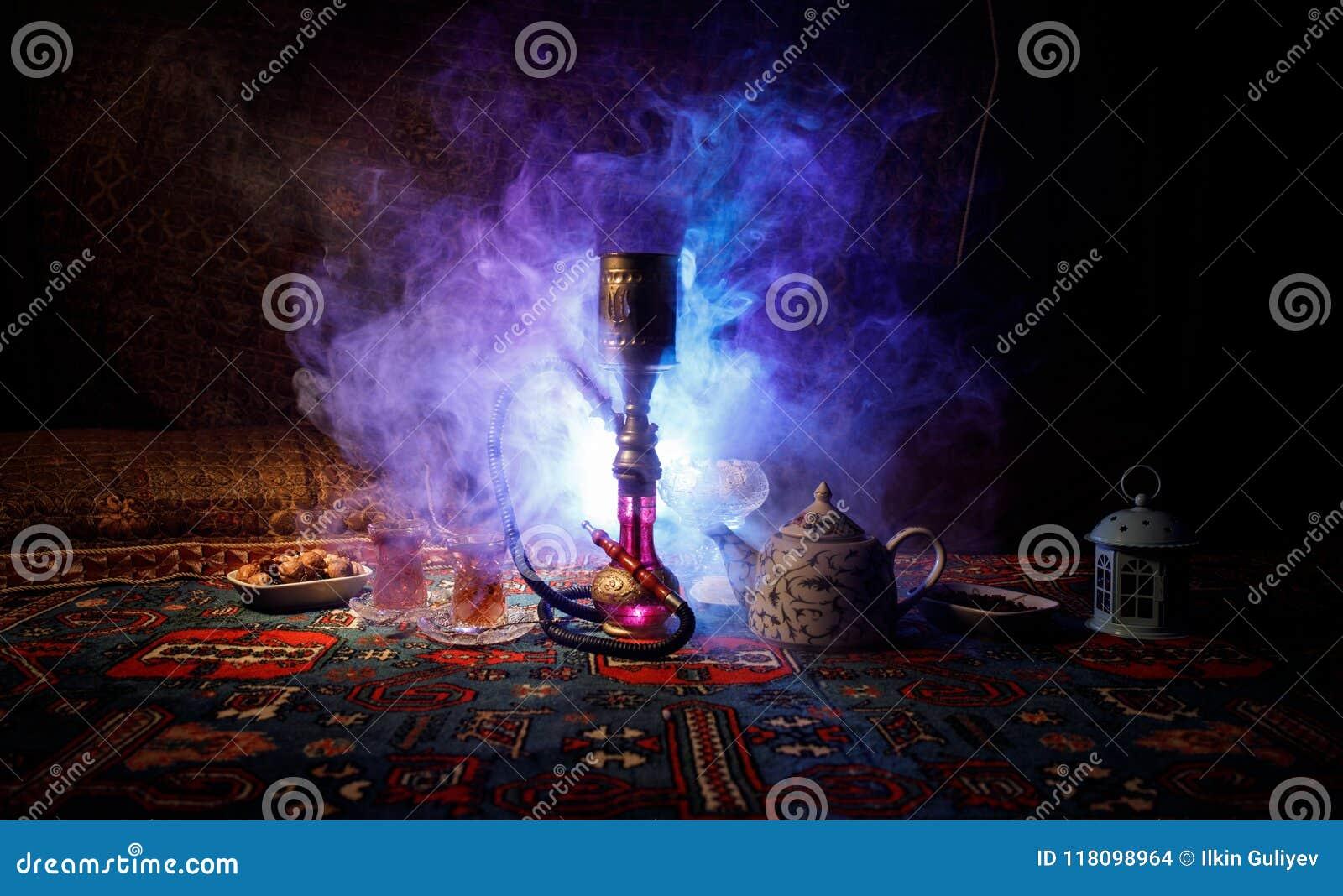Varma kol för vattenpipa på moln för shishabunkedanande av ånga på den arabiska inre Orientalisk prydnad på den östliga teceremon
