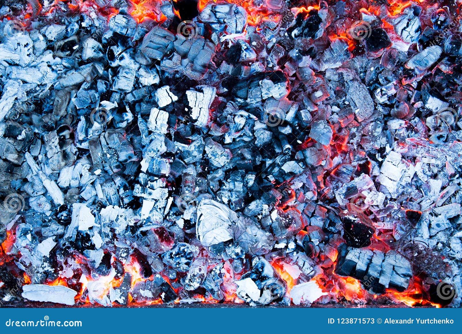 Varma kol med askaen i gallret