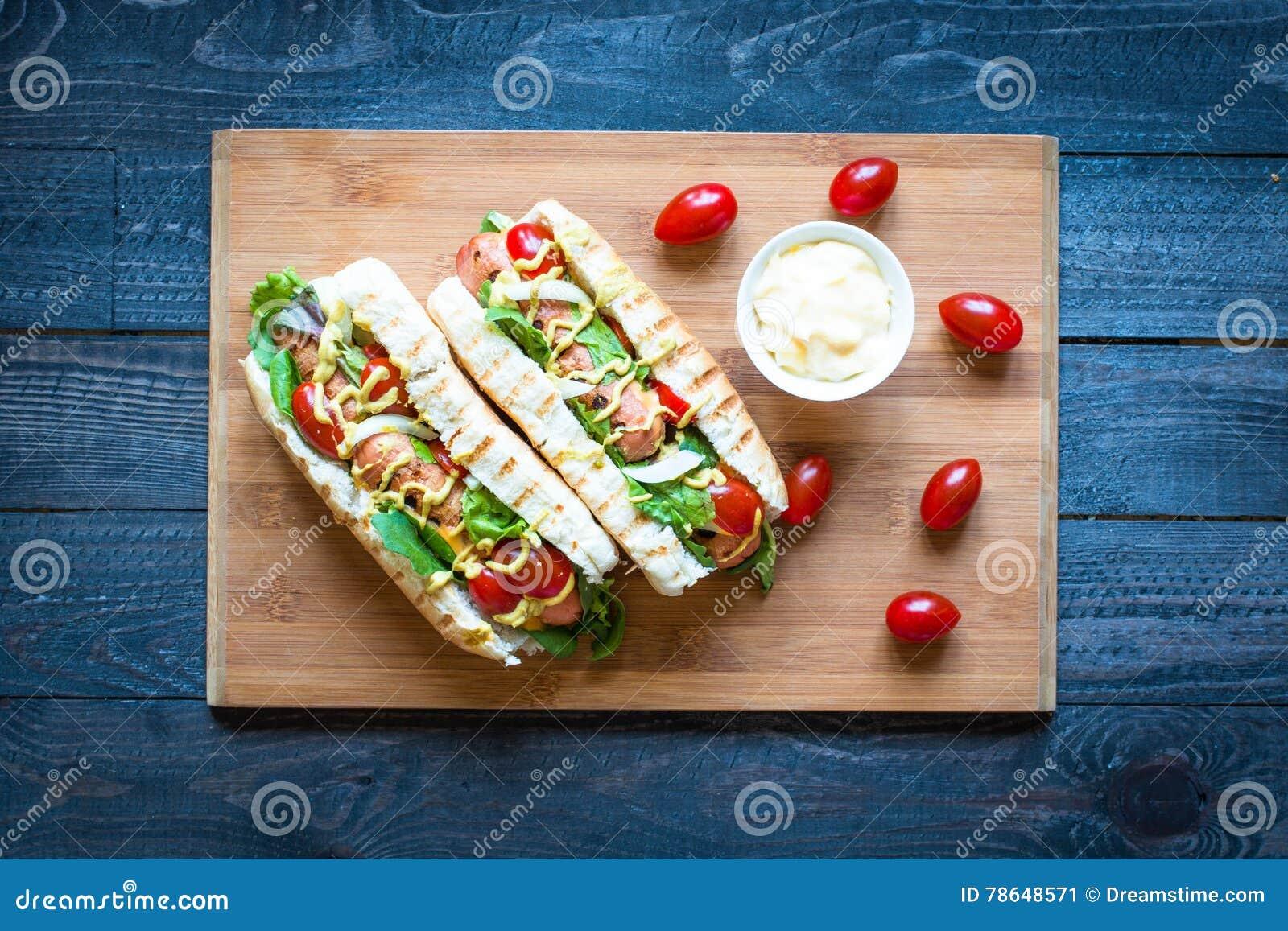 Varmkorv med knipor, tomater och oliv