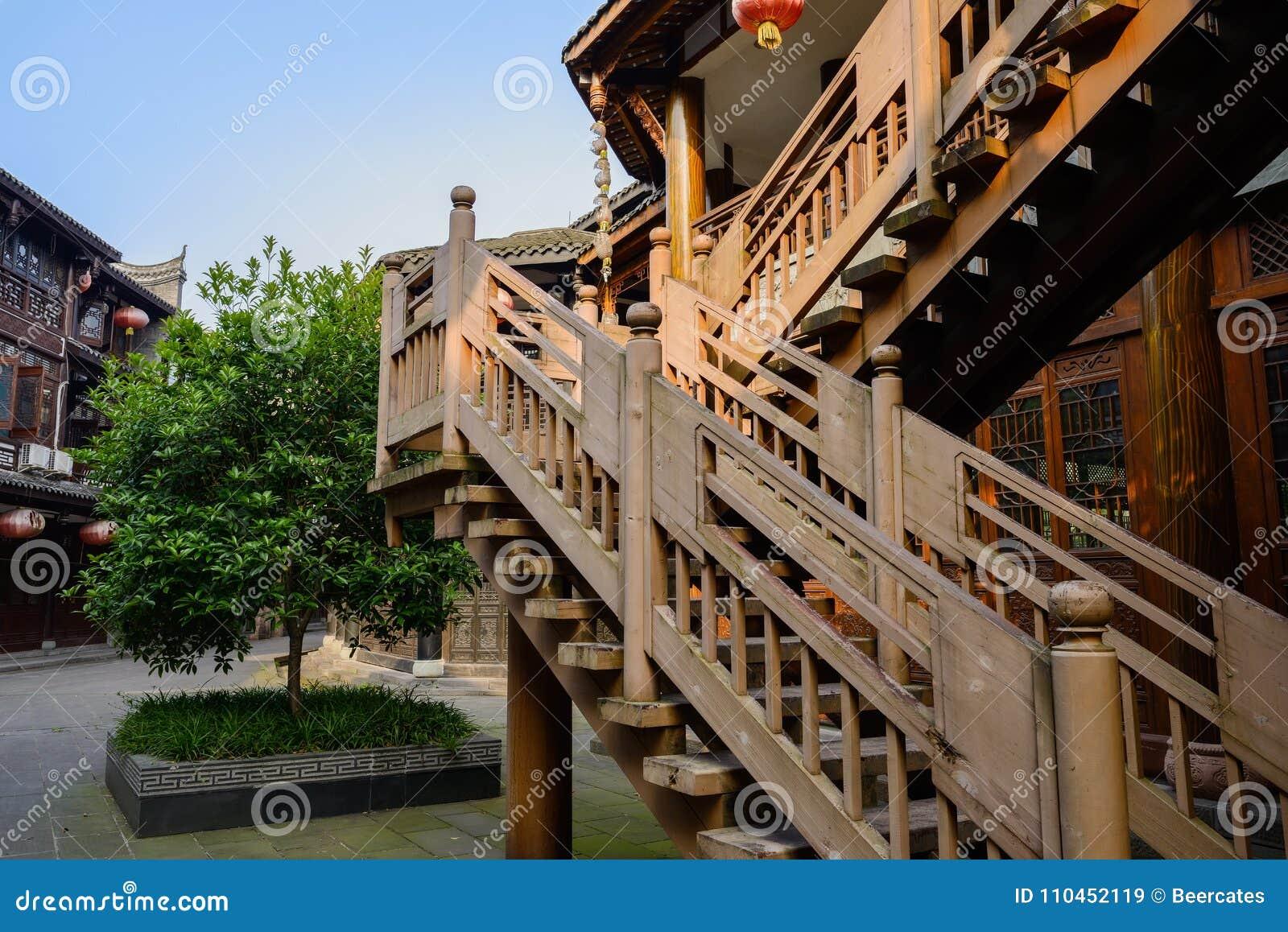 Varmt eftermiddagsolljus på trappan av gammalmodig byggnad, Ch