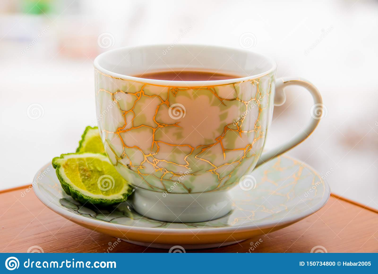 Varmt te med bergamoten på trätabellen i förkylningen