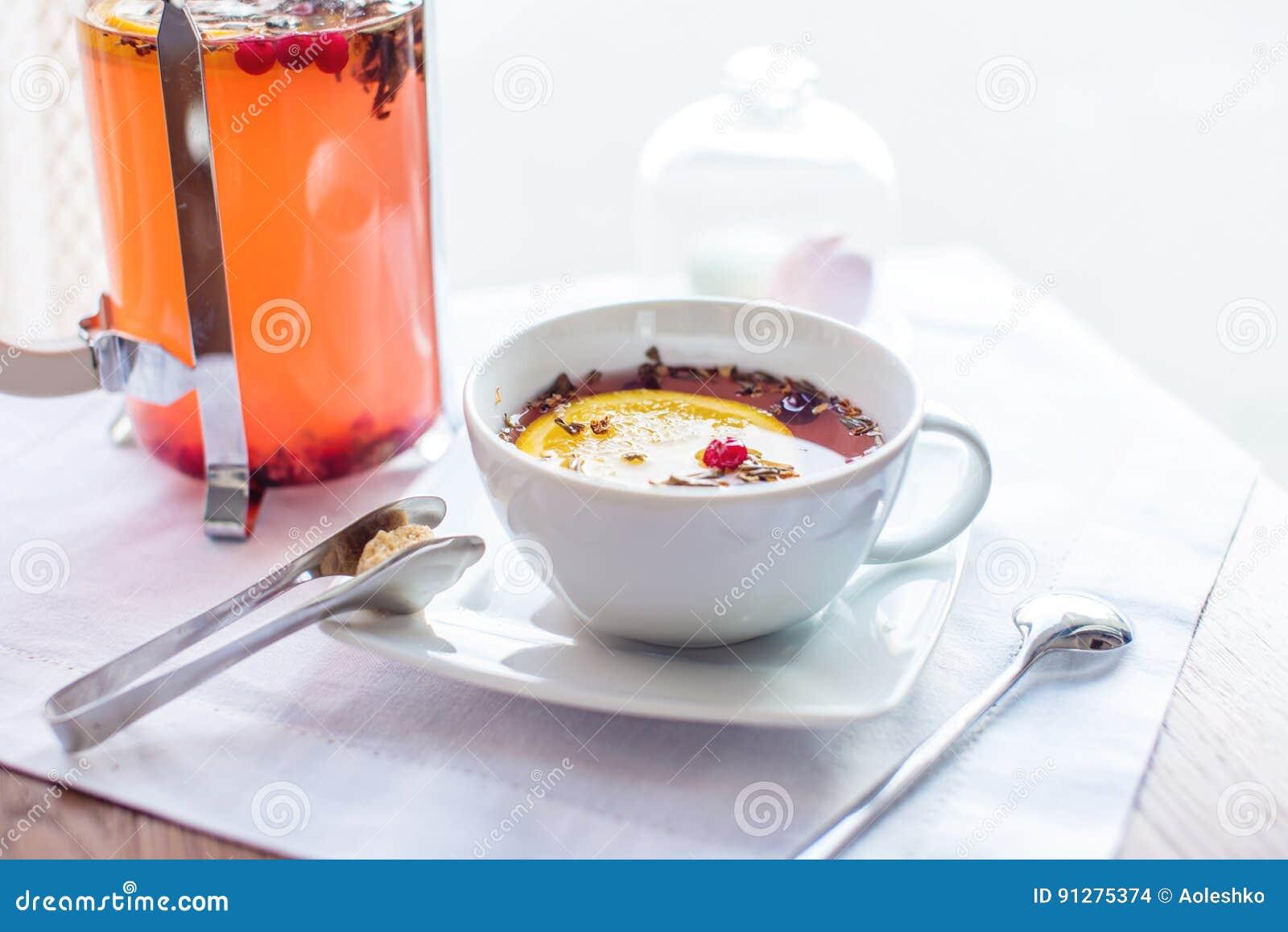 Varmt te med tranbär och örter i en fransk press