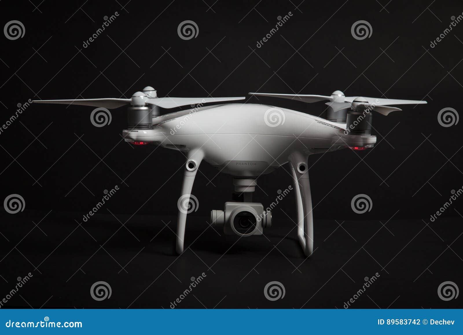 Varna, Bulgarie - 9 février 2017 : fantôme 4 de Dji de quadcopter de bourdon PRO + dans le studio sur le fond noir