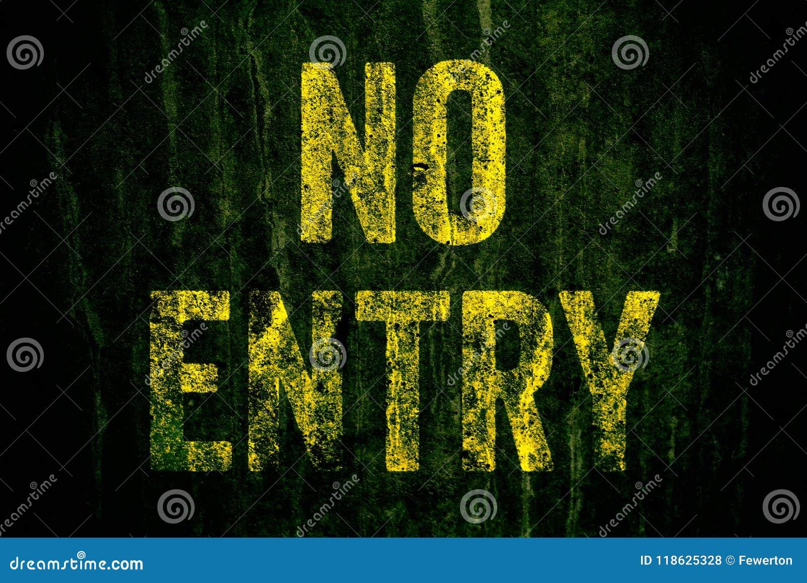 """Varning för """"NoEntry† undertecknar in gula brev som målas över den mörka grungy betongväggen med grön mossa"""