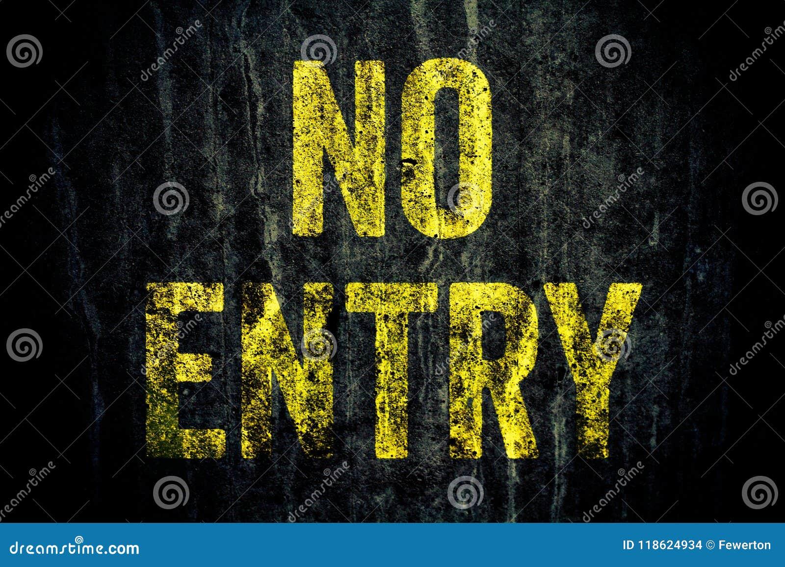 """Varning för """"NoEntry† undertecknar in gula brev som målas över den mörka grungy gråa betongväggen"""