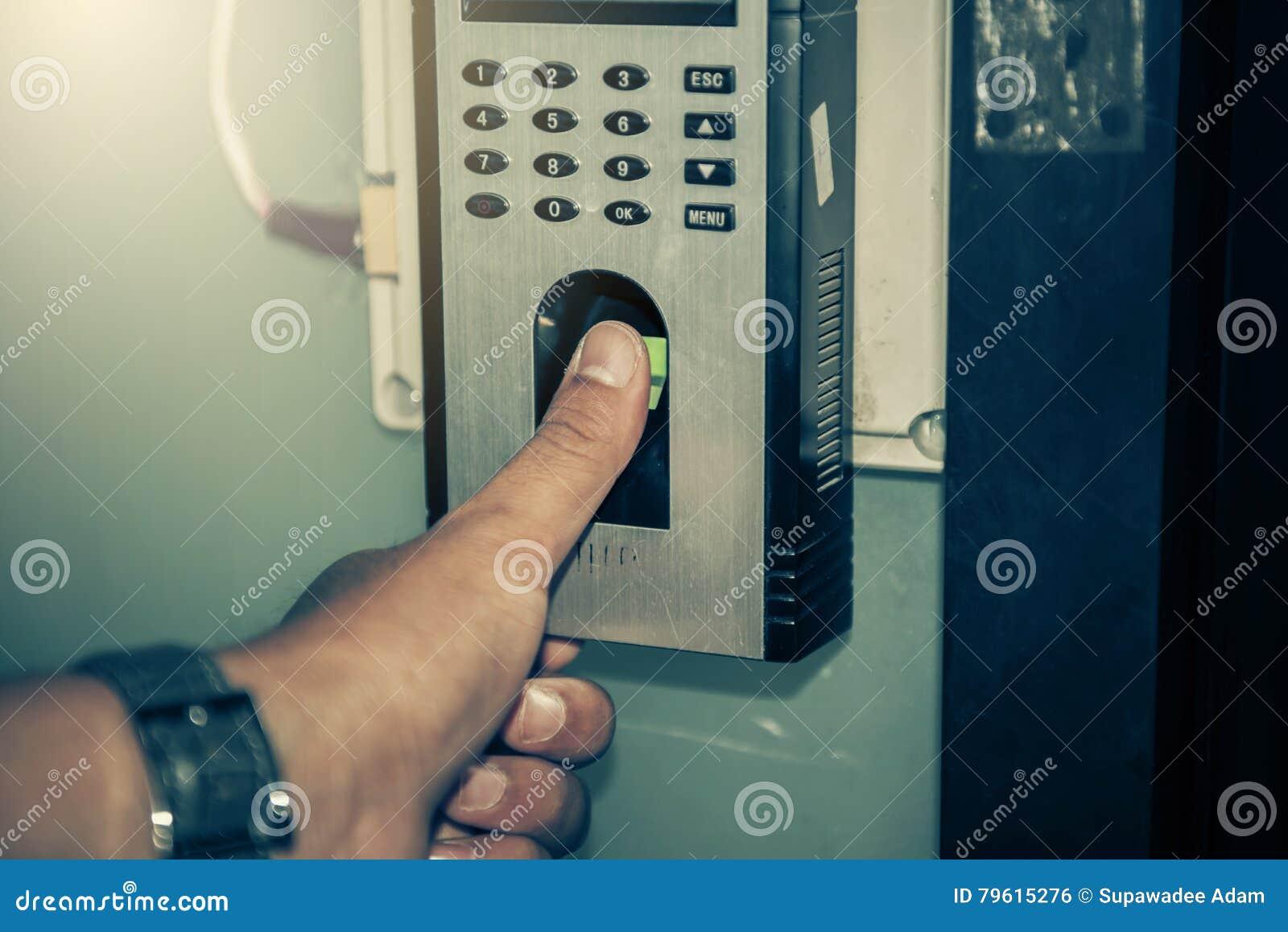 A varredura da impressão digital para destrava o sistema de segurança da porta