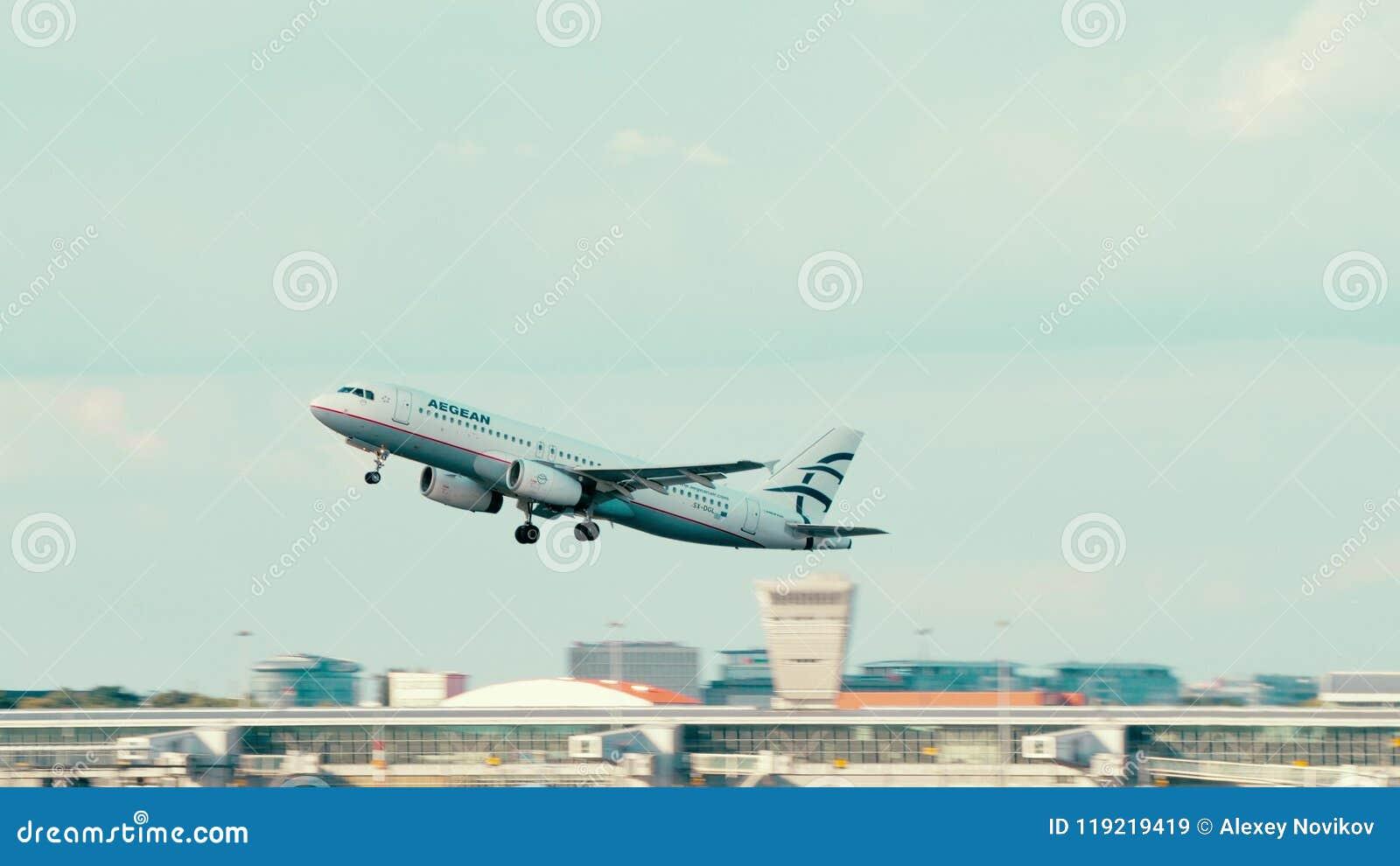 VARSÓVIA, POLÔNIA - 15 DE JUNHO DE 2018 O avião de SX-DGL Aegean Airlines Airbus A320-232 decola