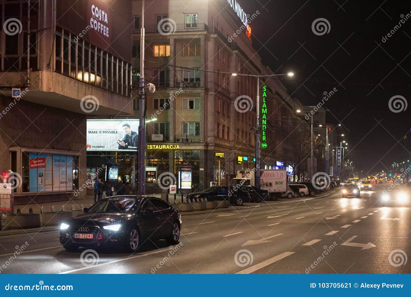 VARSAVIA, POLONIA - 2 GENNAIO 2016: Vista di notte del viale di Gerusalemme