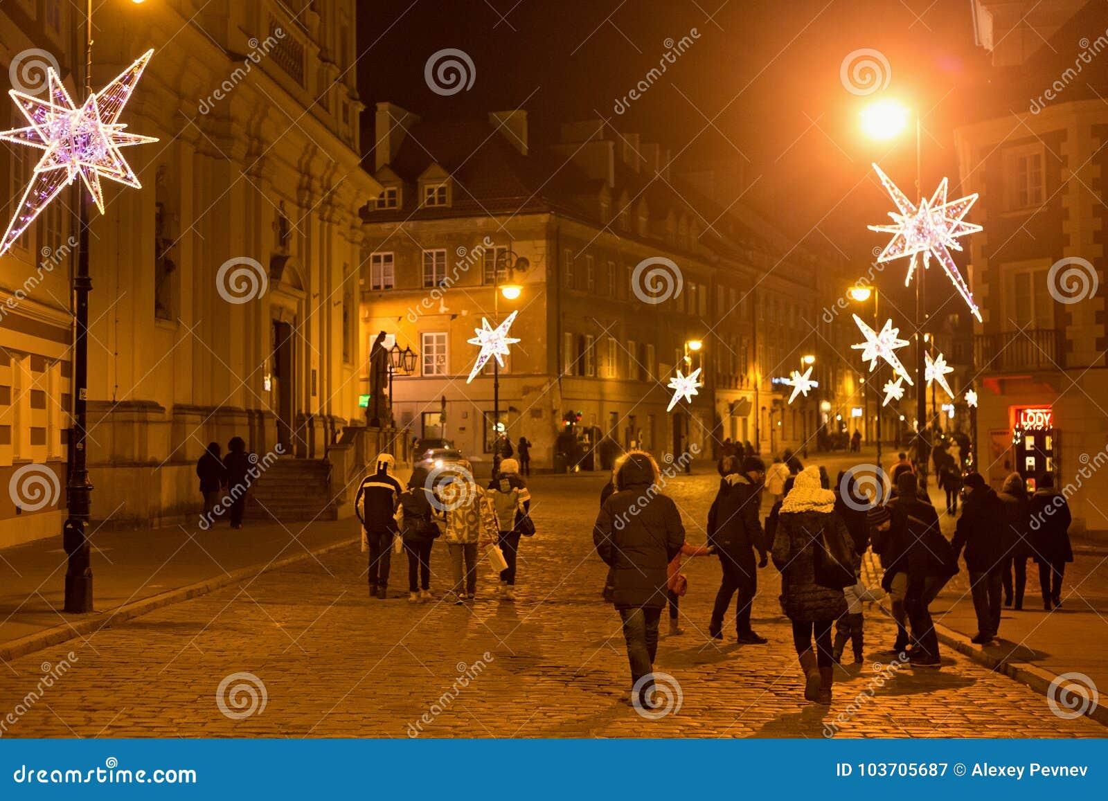 VARSOVIA, POLONIA - 2 DE ENERO DE 2016: Opinión de la noche de la calle de Freta en la decoración de la Navidad