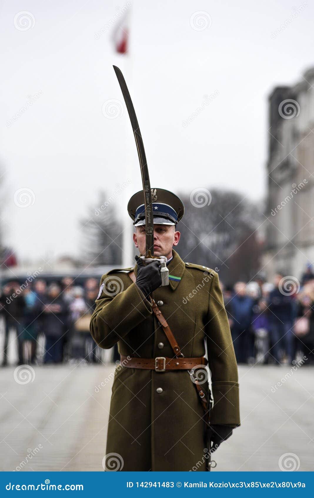 Varsovia, Polonia, el 17 de febrero de 2019: Soldados polacos durante el cambio del guardia en el sepulcro de un soldado desconoc
