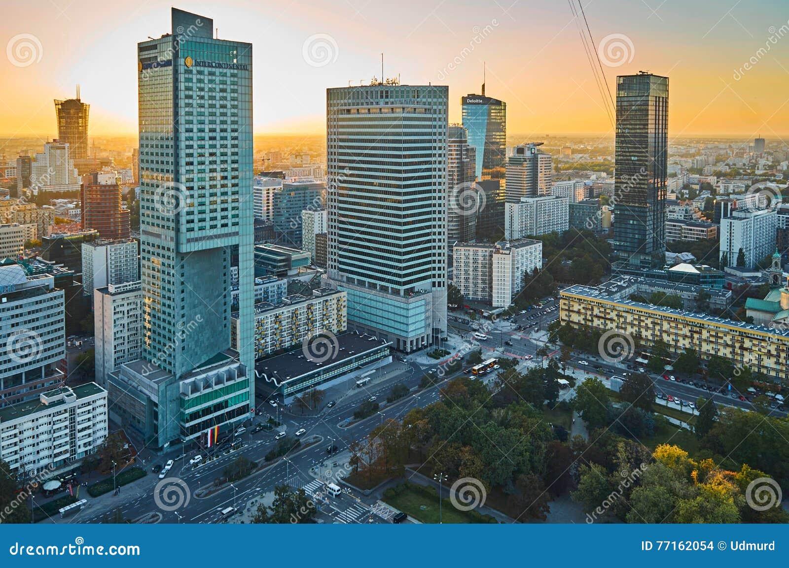 Varsovie, Pologne - 27 août 2016 : Vue panoramique aérienne au centre ville de la capitale polonaise au coucher du soleil, du pal