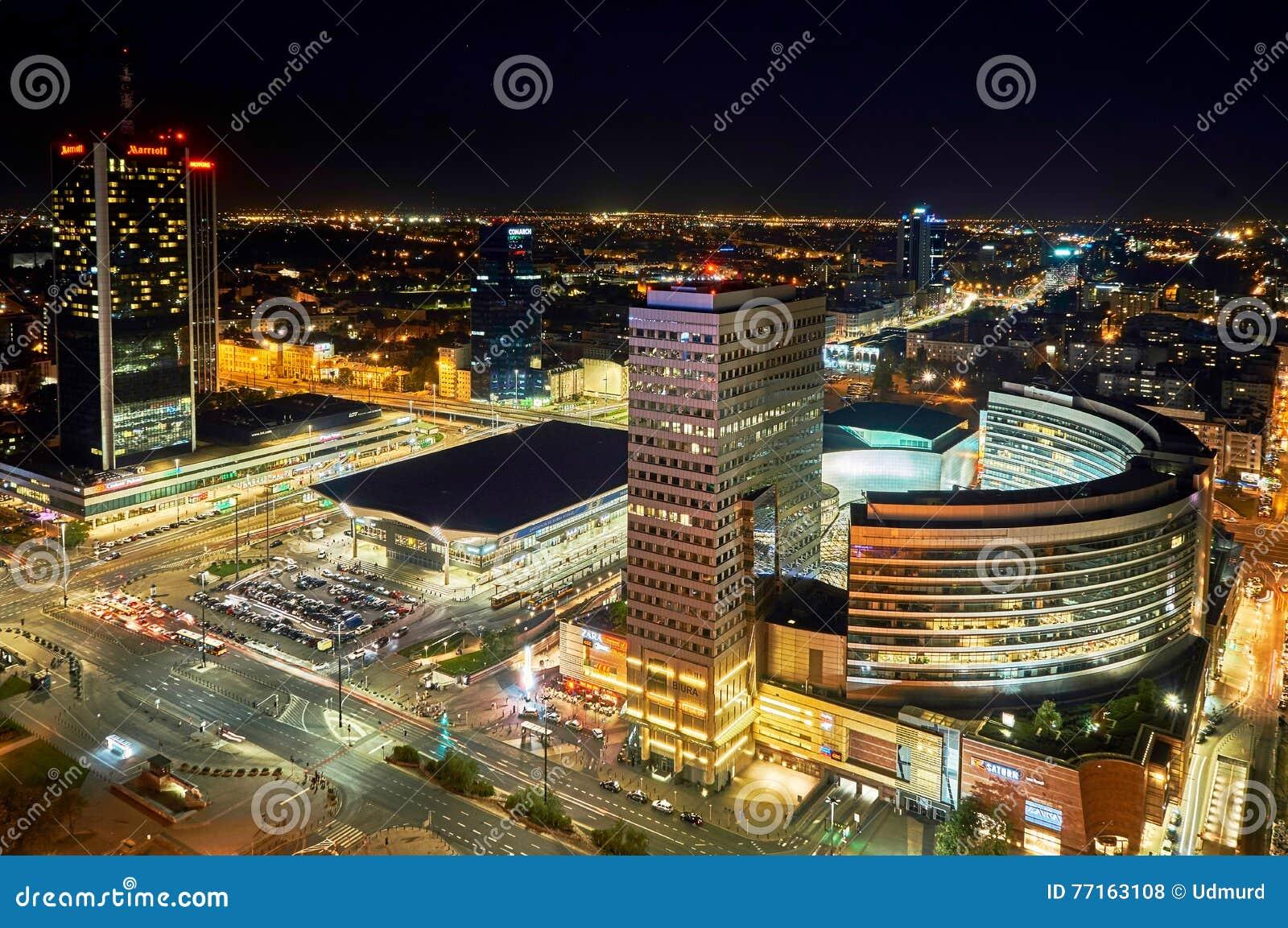 Varsovie, Pologne - 27 août 2016 : Vue panoramique aérienne au centre ville de la capitale polonaise par nuit, du palais supérieu