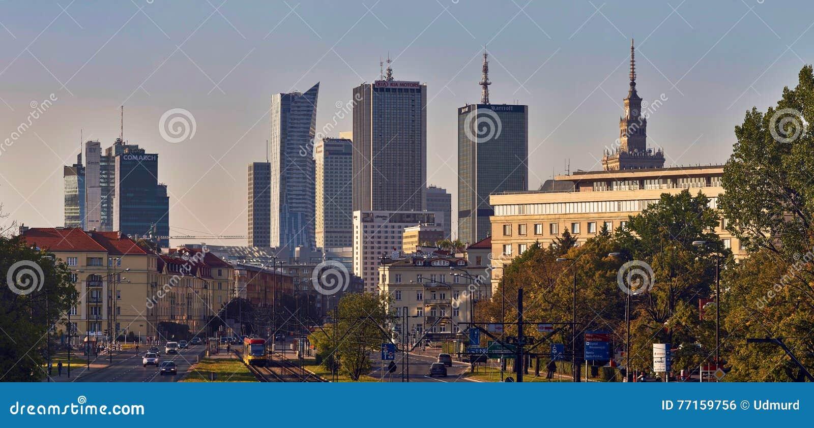 Varsovie, Pologne - 27 août 2016 : Vue panoramique du centre sur le coucher du soleil, avec le palais de la culture et de la Scie