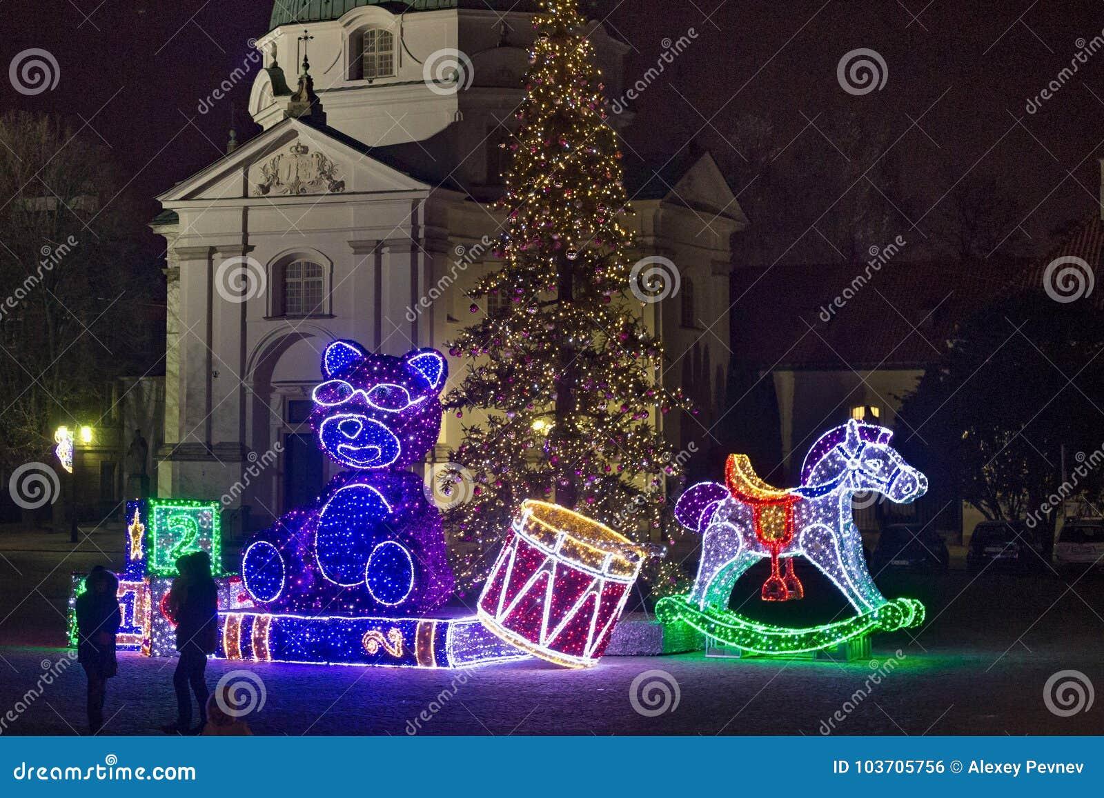 VARSOVIE, POLOGNE - 2 JANVIER 2016 : Décorations électriques de Noël dans la place du marché de la ville nouvelle