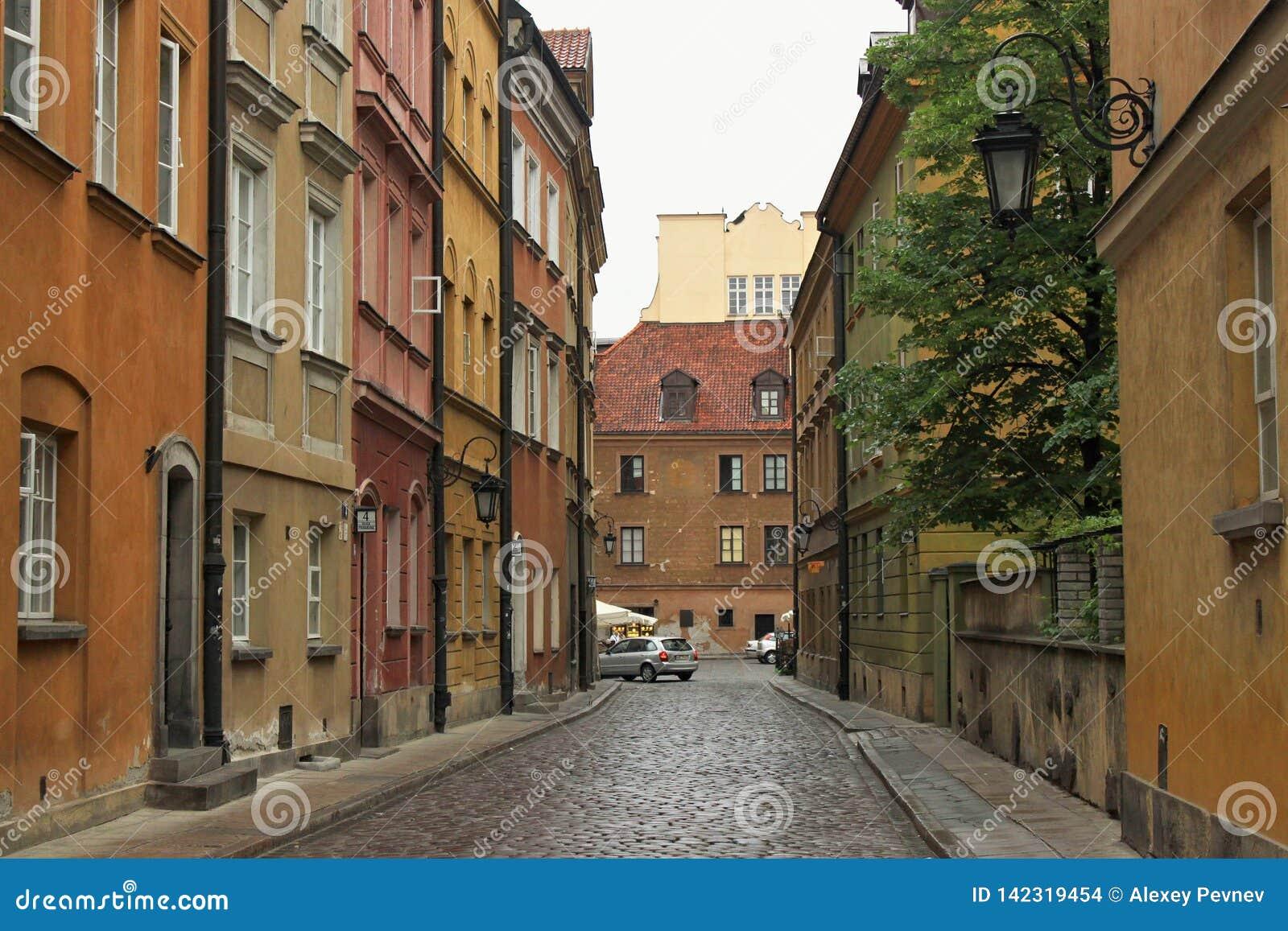 VARSOVIE, POLOGNE - 12 MAI 2012 : Vue des b?timents historiques dans la vieille partie de capital de Varsovie et la plus grande v