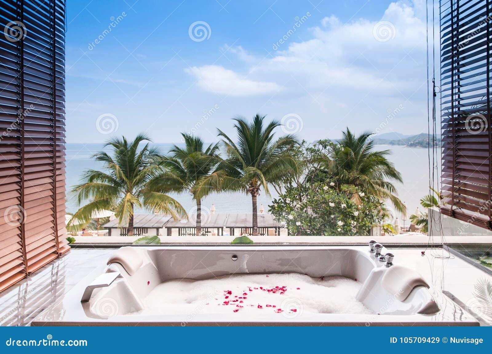 Vasca Da Bagno Vista : Vasca da bagno con schiuma e fiore con la vista del mare a phuket