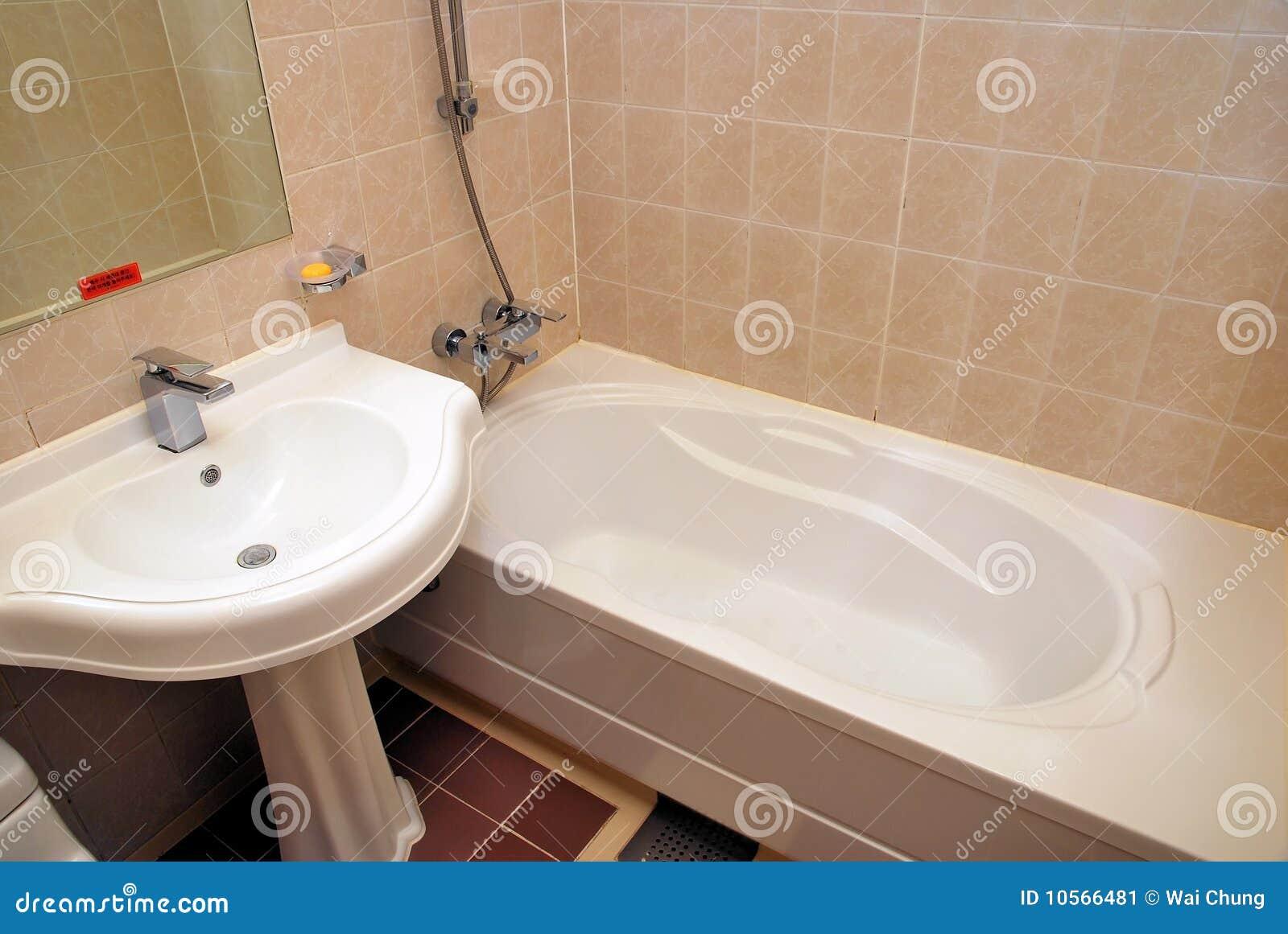Vasca Da Bagno Per Hotel : Vasca da bagno e lavabo immagine stock immagine di interno