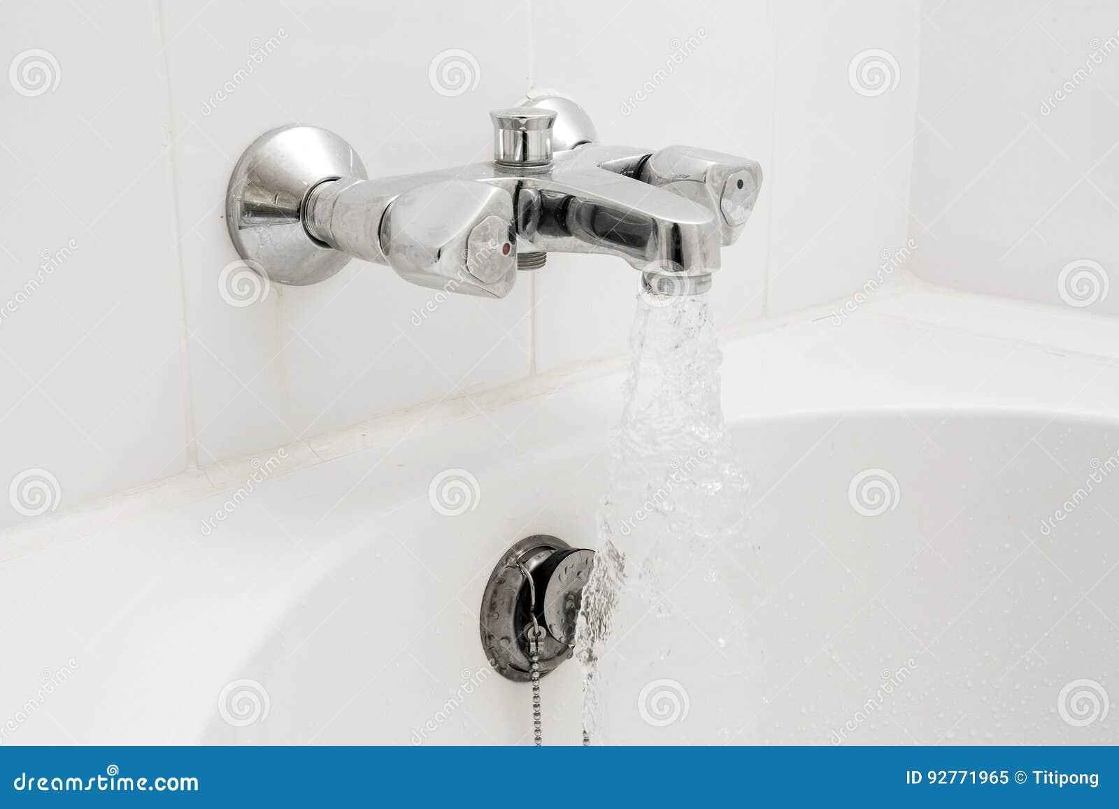 Vasca Da Bagno Per Hotel : Vasca da bagno e rubinetto di lusso con acqua immagine stock