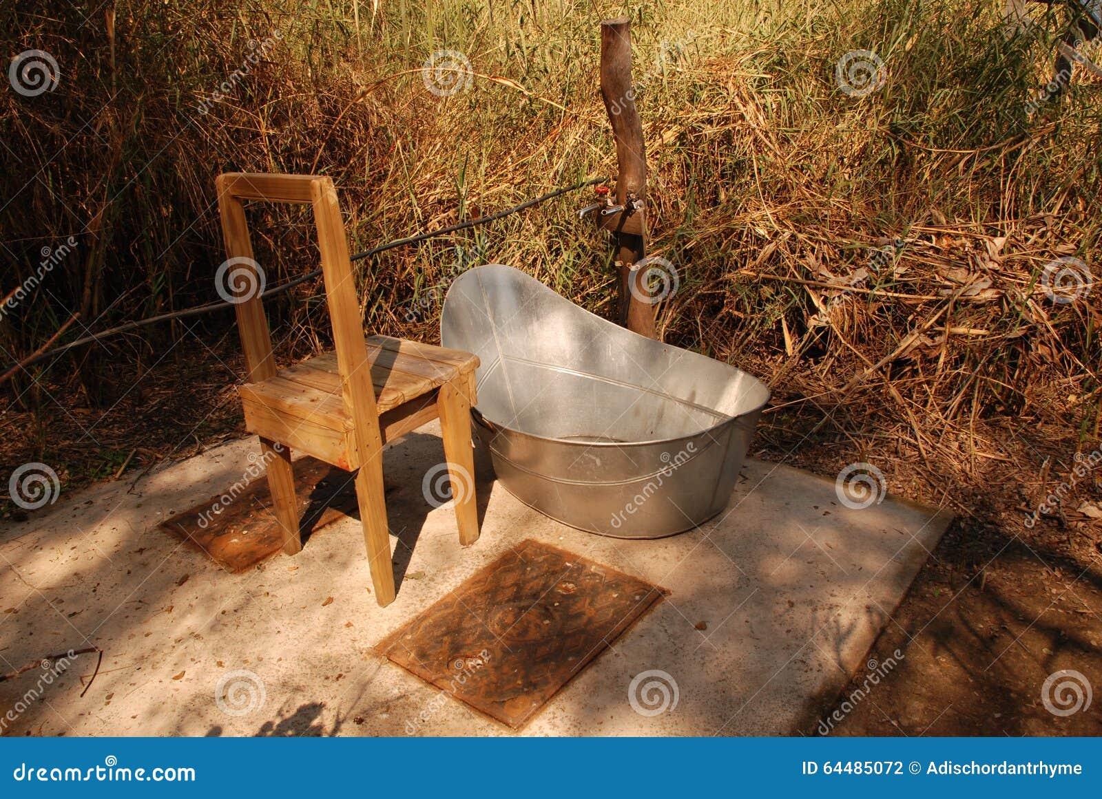 Vasca Da Bagno Esterna : Vasca da bagno esterna fotografia stock. immagine di wooden 64485072