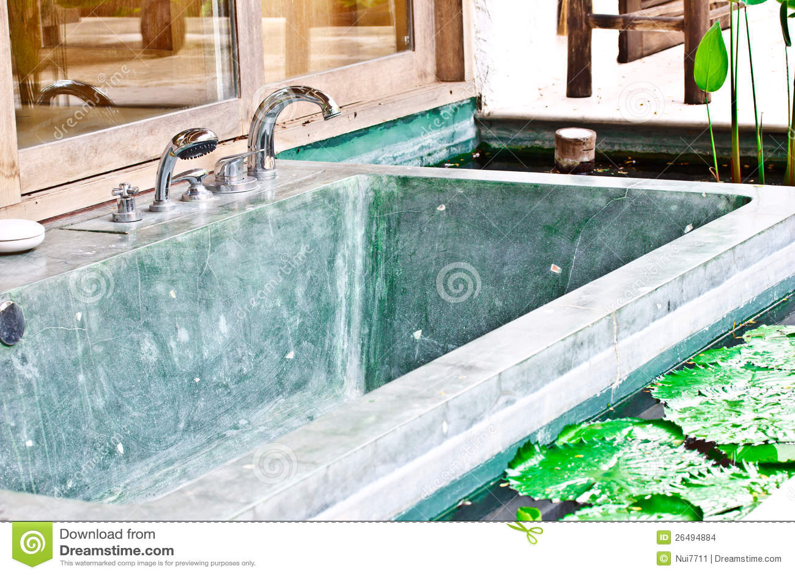 Vasca Da Bagno Usata Prezzi : Vasca da bagno esterna della jacuzzi in giardino fotografia