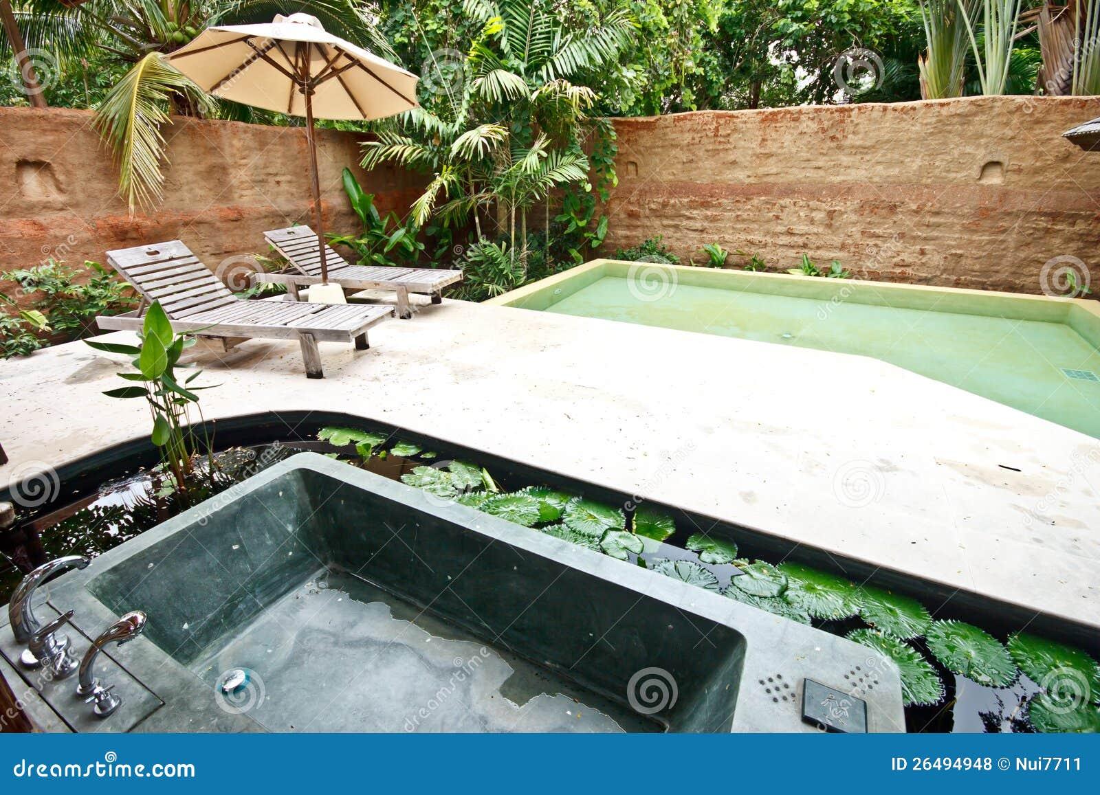 Vasche Da Bagno Jacuzzi Misure : Vasca da bagno esterna della jacuzzi in giardino fotografia