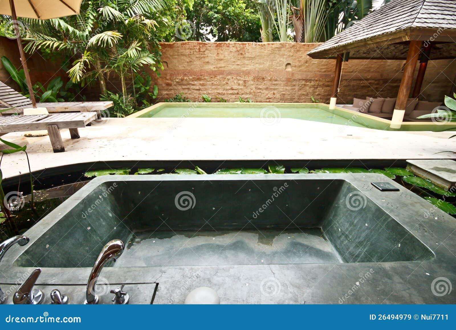 Vasca Da Bagno Esterna : Vasca da bagno esterna della jacuzzi in giardino 4 immagine stock
