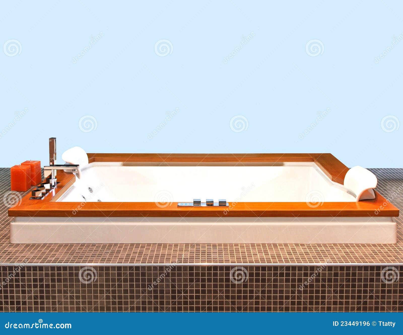 Vasca da bagno quadrata fotografia stock immagine di - Vasca da bagno libera installazione ...
