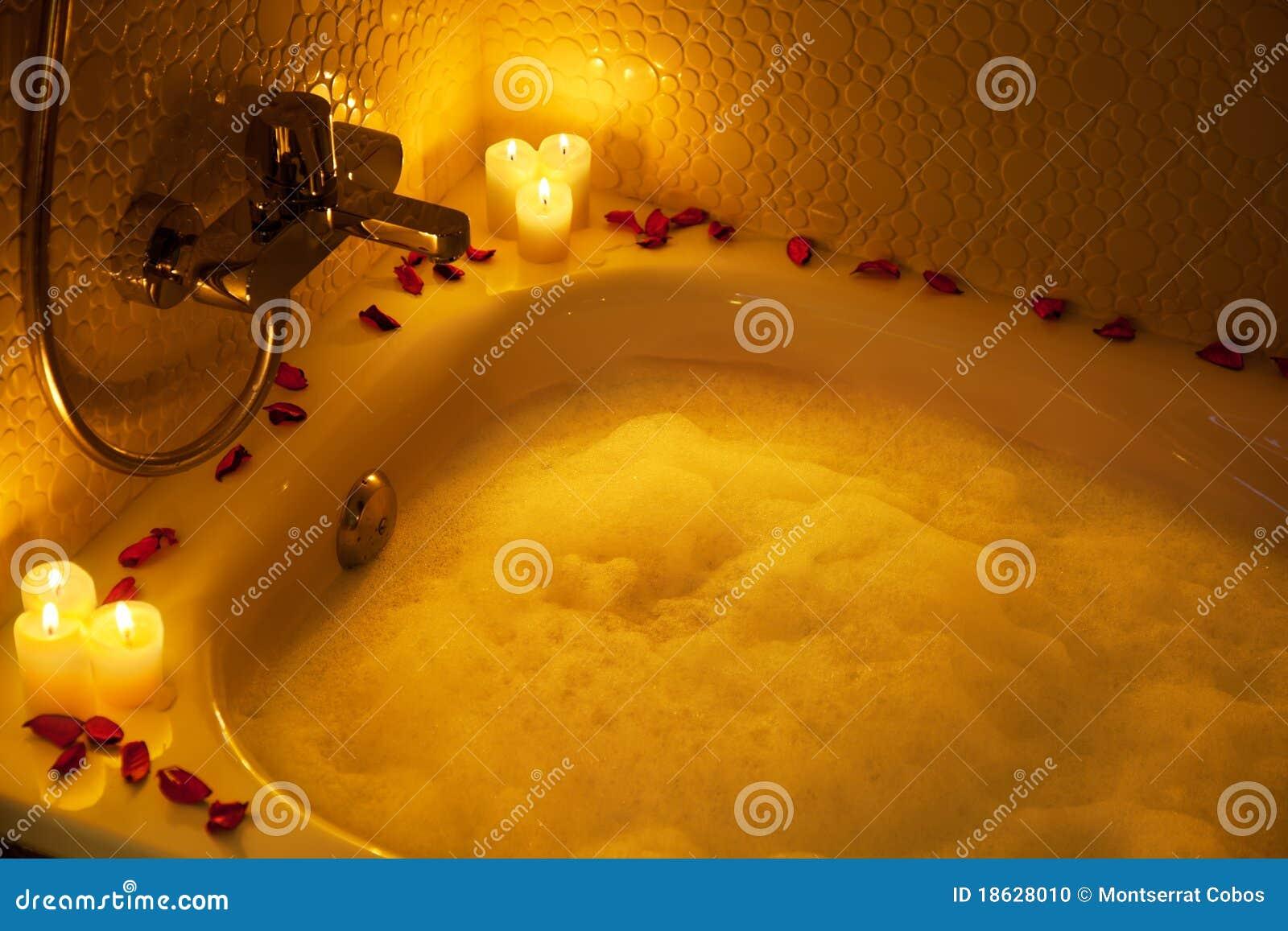 Vasca da bagno romantica fotografia stock immagine 18628010 - Candele da bagno ...