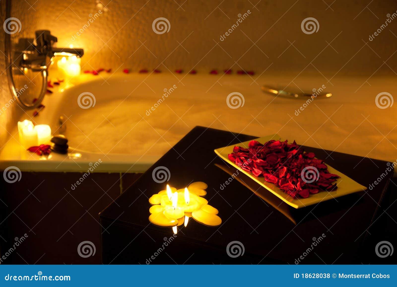 Vasca Da Bagno Romantica Con Candele : Vasca da bagno romantica fotografia stock. immagine di petalo 18628038