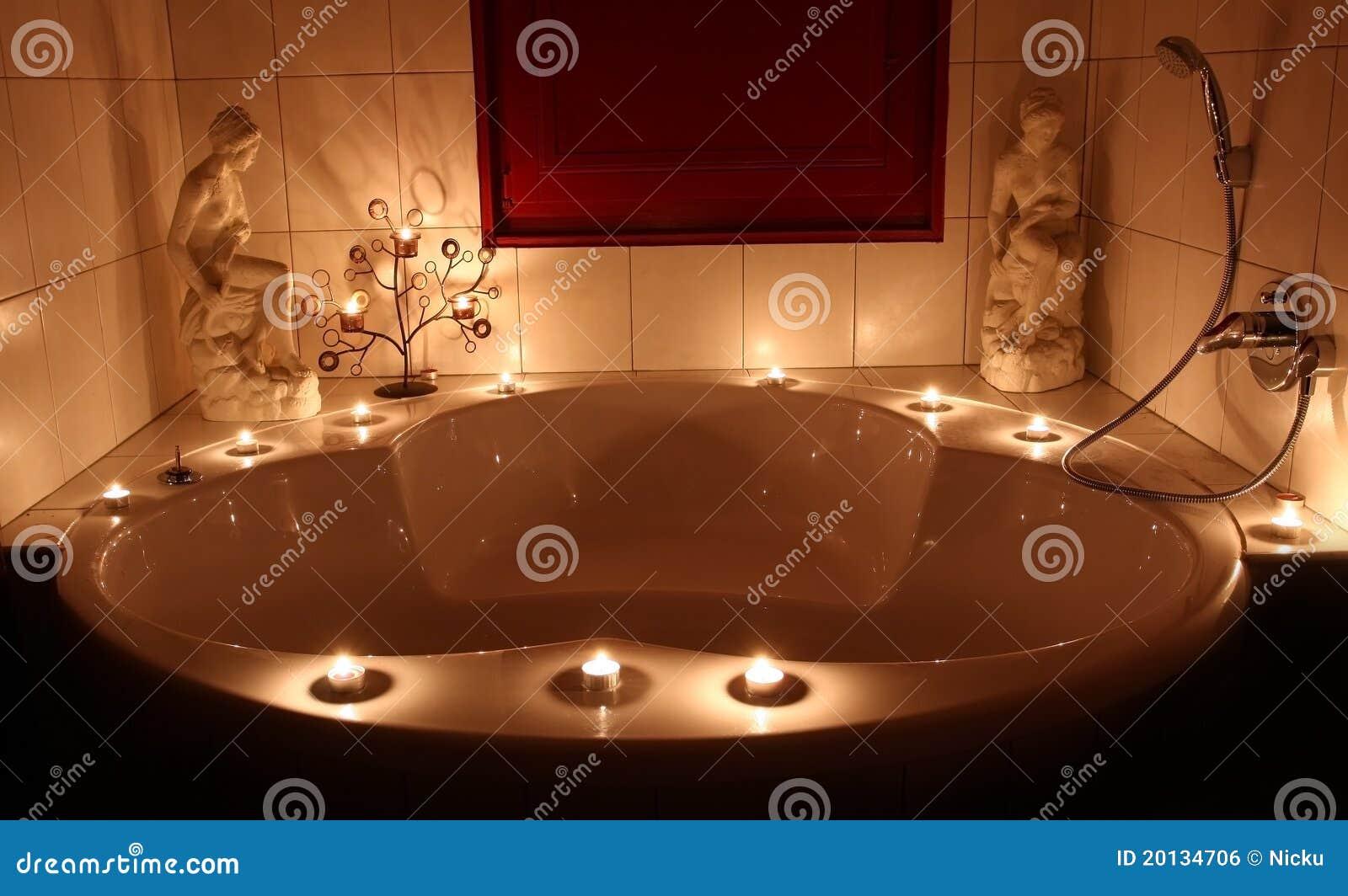 Vasca Da Bagno Romantica Con Candele : Vasca da bagno romantica fotografia stock. immagine di acquazzone