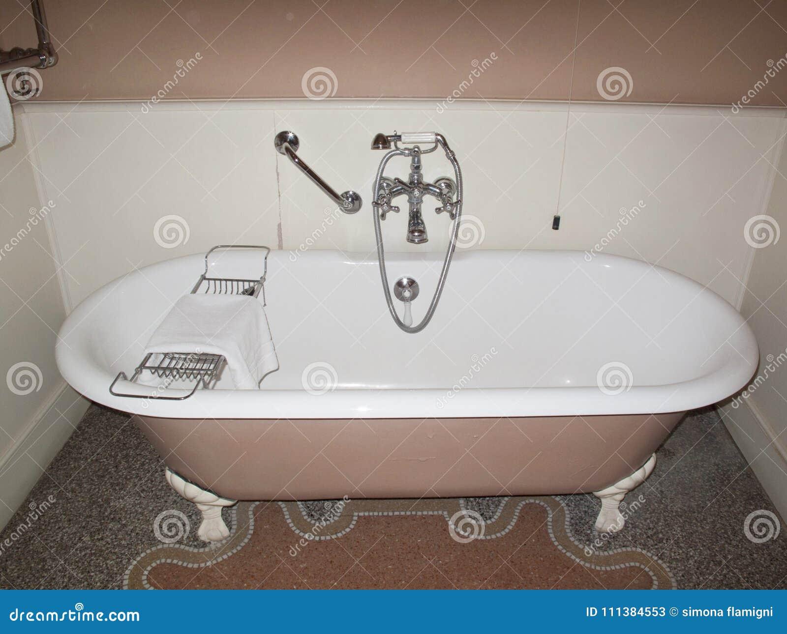 Vasca Da Bagno Rosa : Vasca da bagno rosa immagine stock immagine di italia