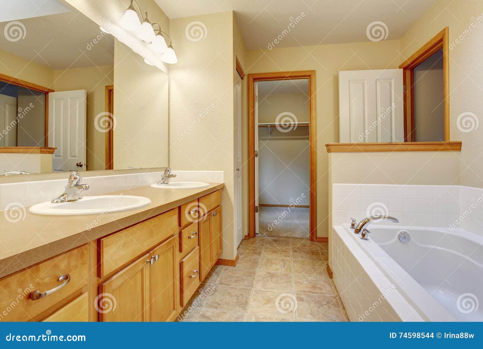 Vasca Da Bagno E Lavandino : Vasca da bagno toilette e lavandino bianchi interni del bagno