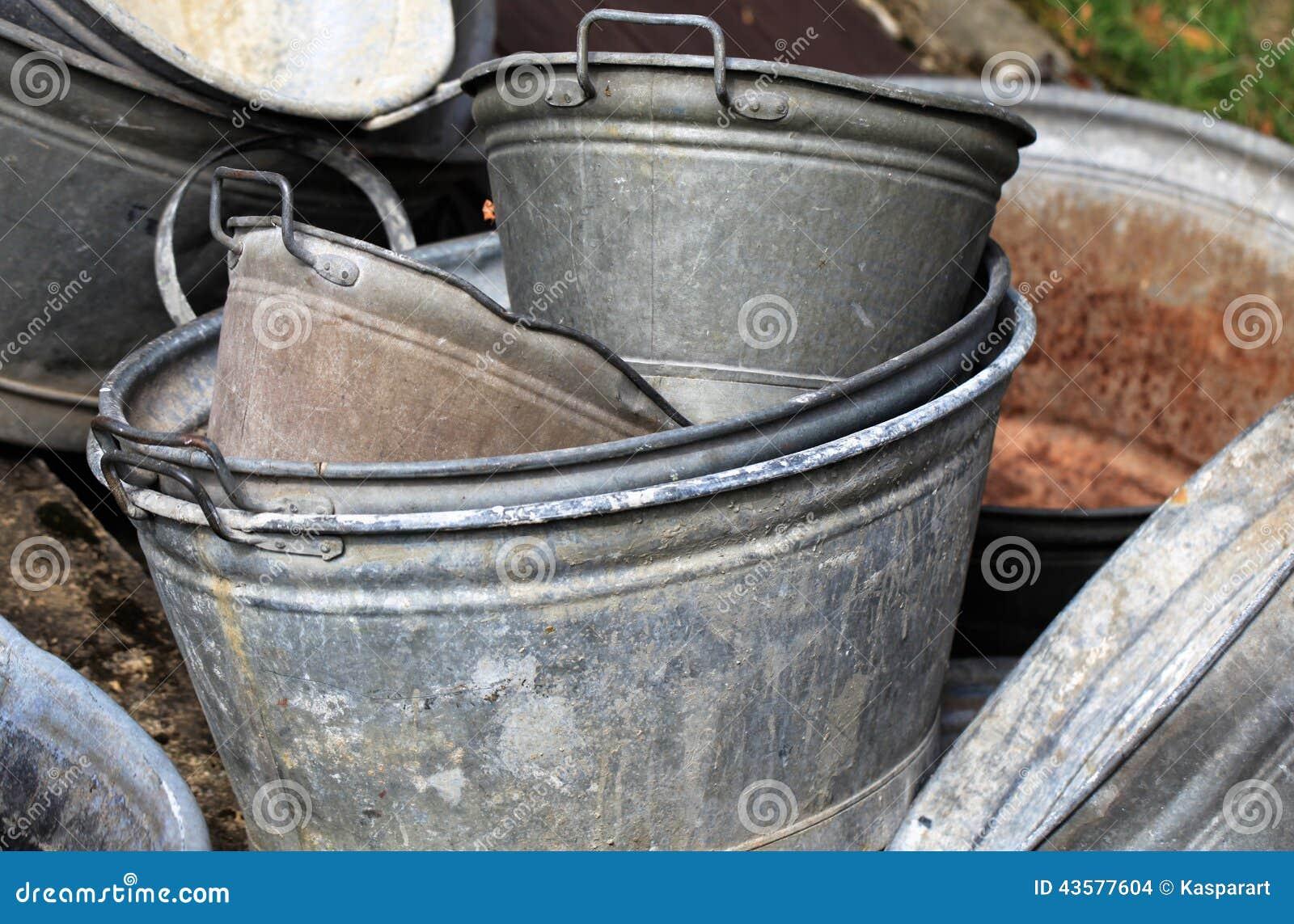 Vasca Da Bagno Ruggine : Vasche da bagno rivestite dello zinco fotografia stock immagine di