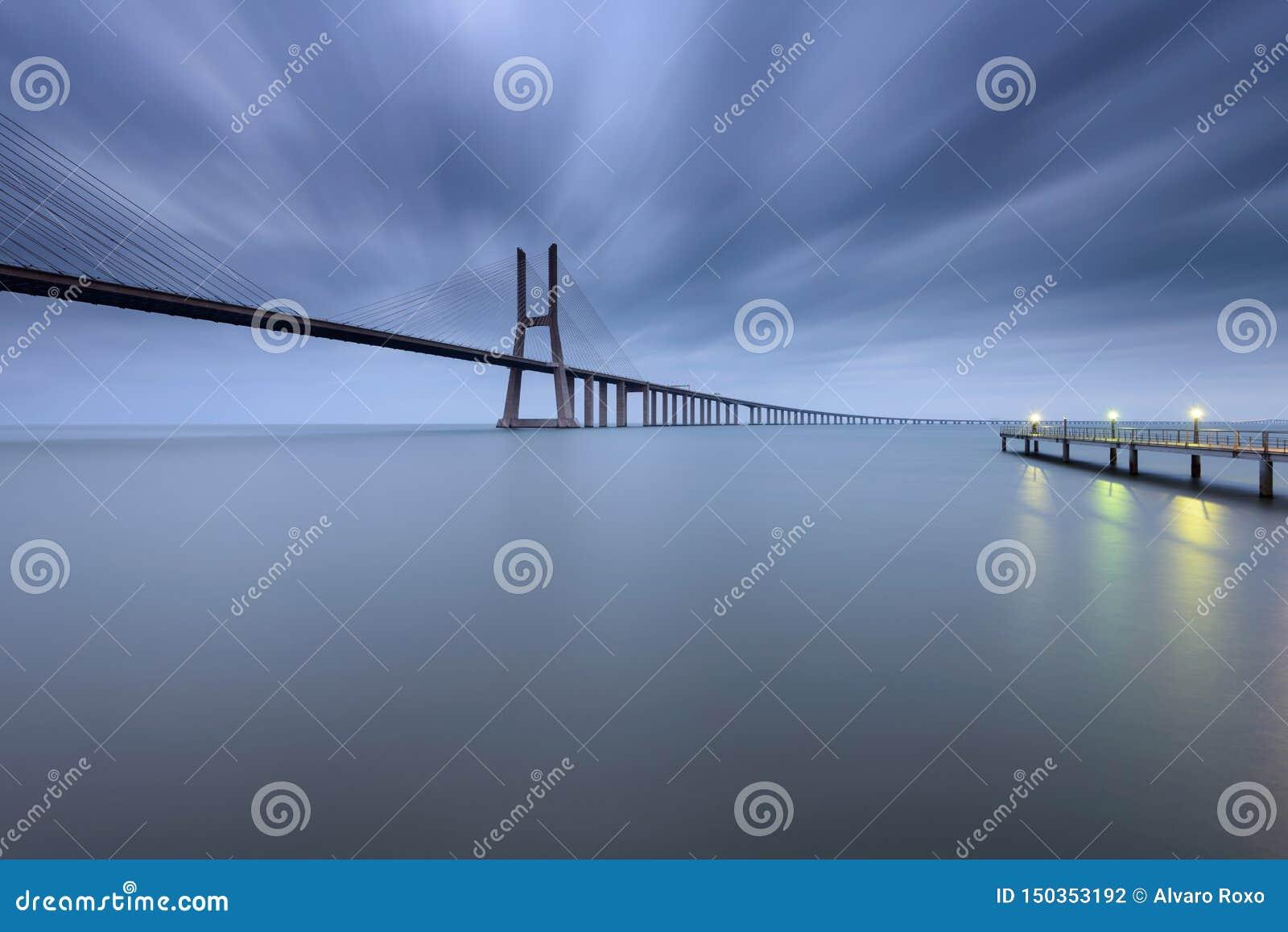Vasco da Gama Bridge-landschap bij zonsopgang ??n van de langste bruggen in de wereld Lissabon is een het verbazen becau van de t
