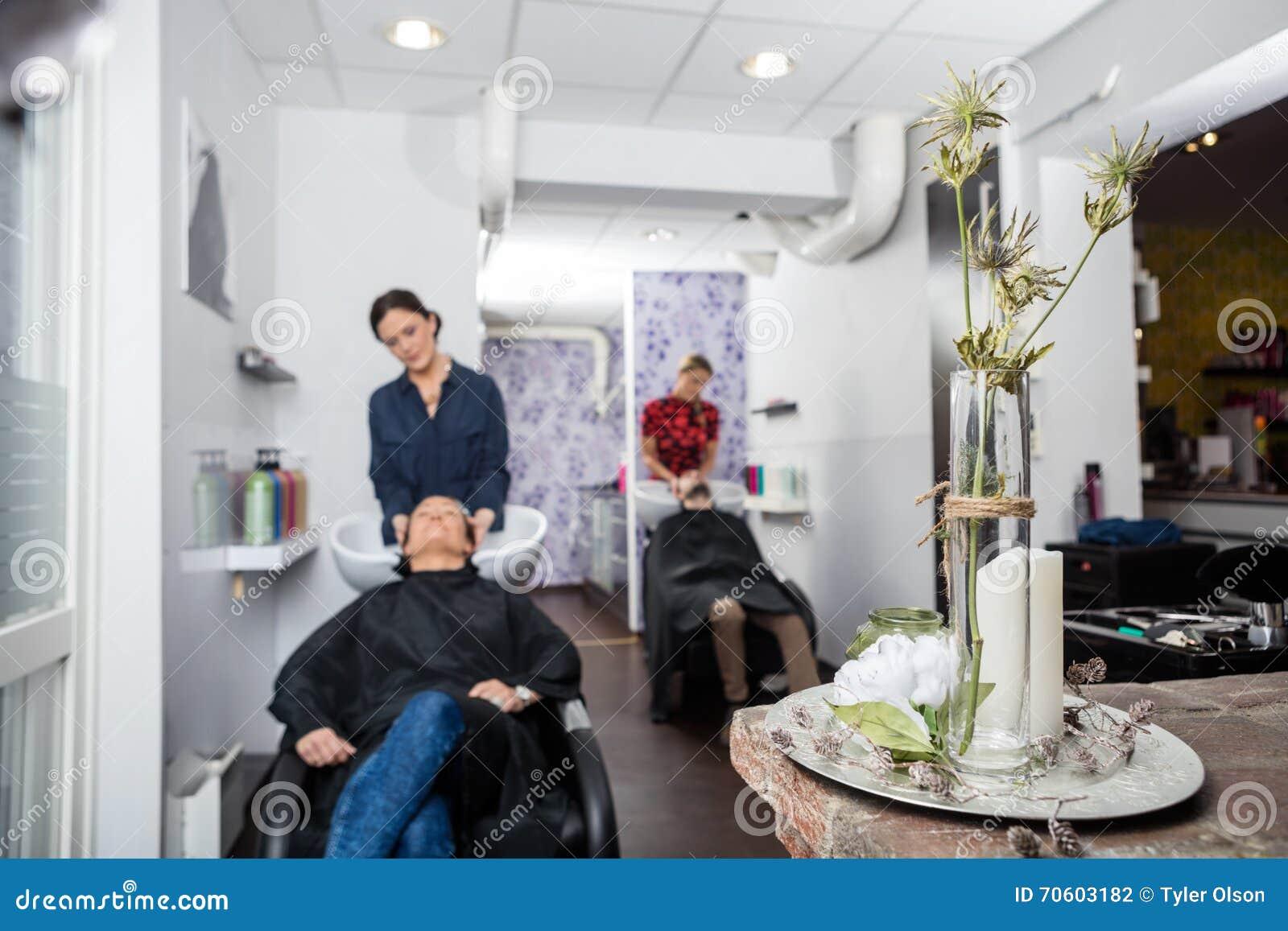 Vase Fleur Sur Le Tableau Dans Le Salon De Coiffure Photo Stock
