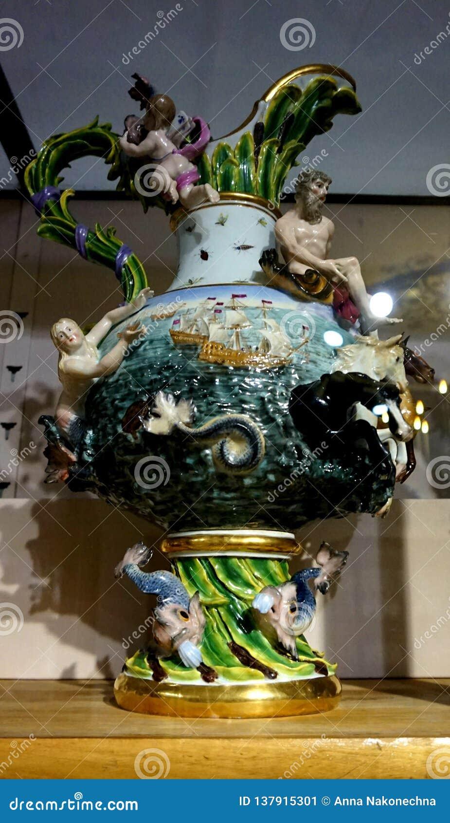 Vase antique à porcelaine dans la collection argentée impériale dans le Hofburg