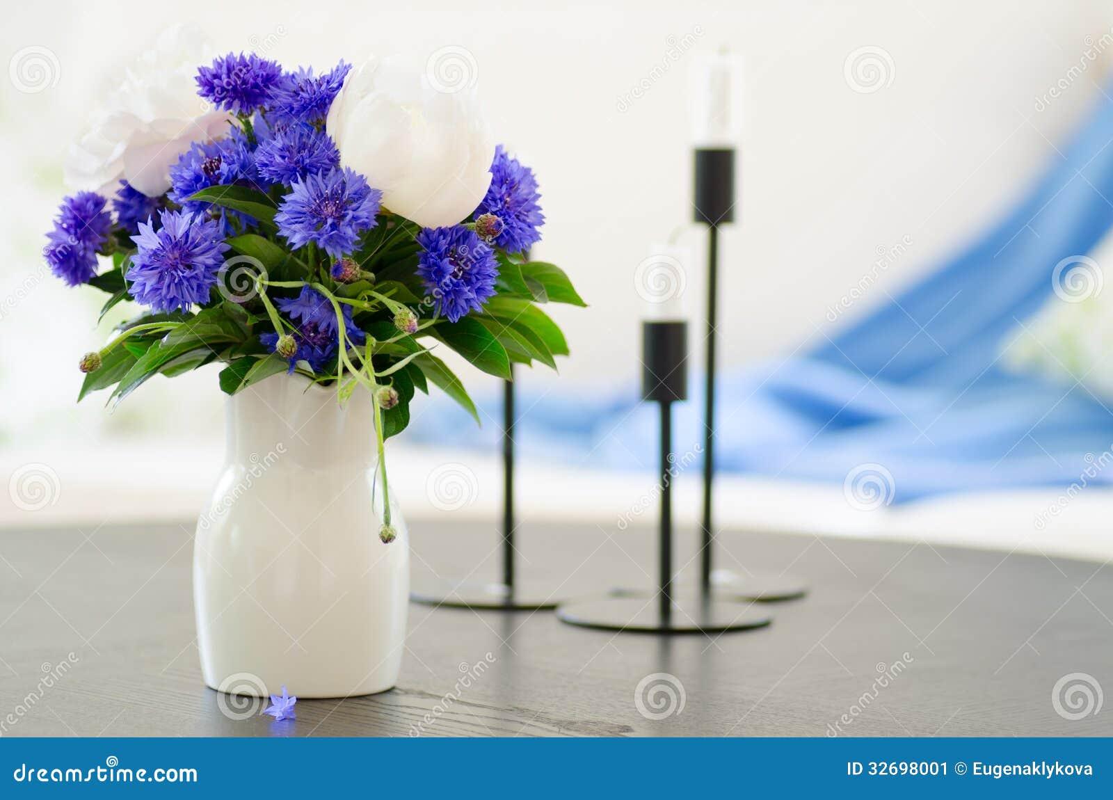 Vase Blaue Blumen Im Modernen Wohnzimmer Stockbild - Bild von decke ...