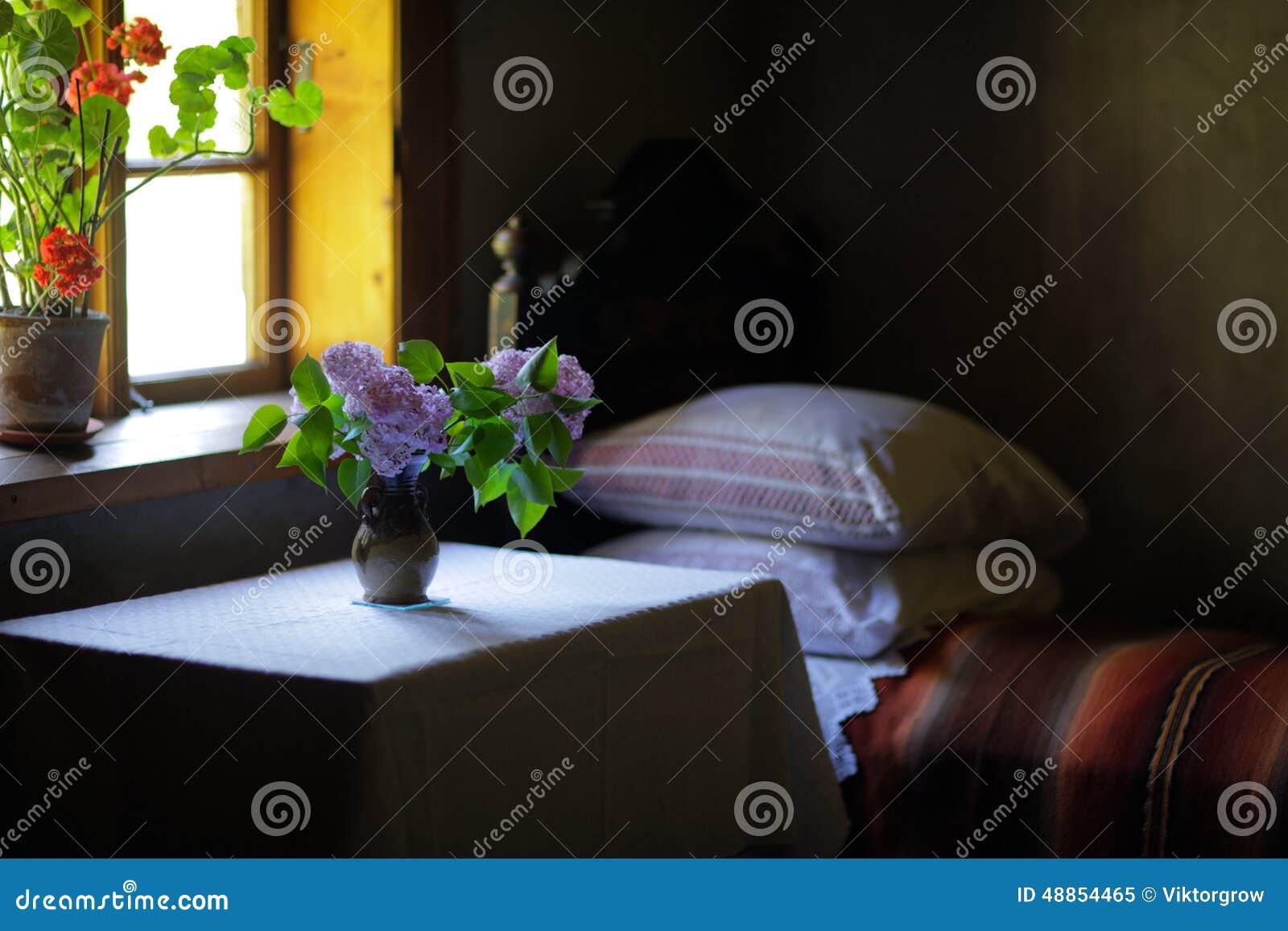 Vase Blumen Im Schlafzimmer Eines Alten Hauses Stockbild Bild Von