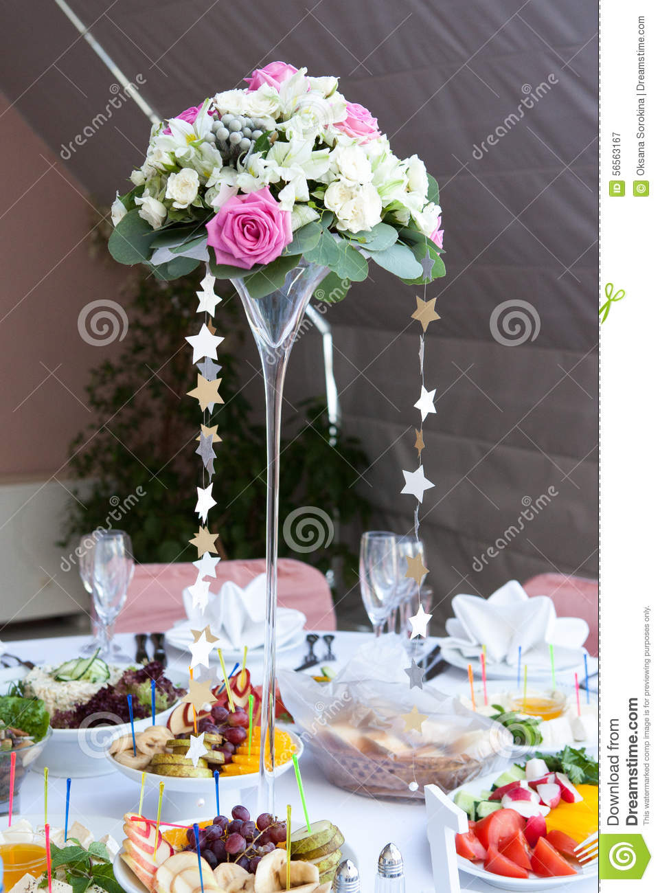 vase de fleurs la table de mariage photo stock image 56563167. Black Bedroom Furniture Sets. Home Design Ideas