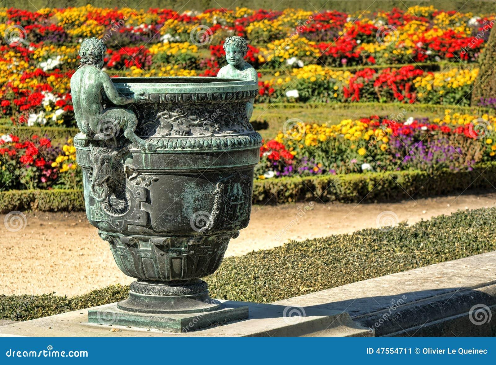 Vase en bronze dans le palais de frances des jardins de - Jardin de versailles histoire des arts ...