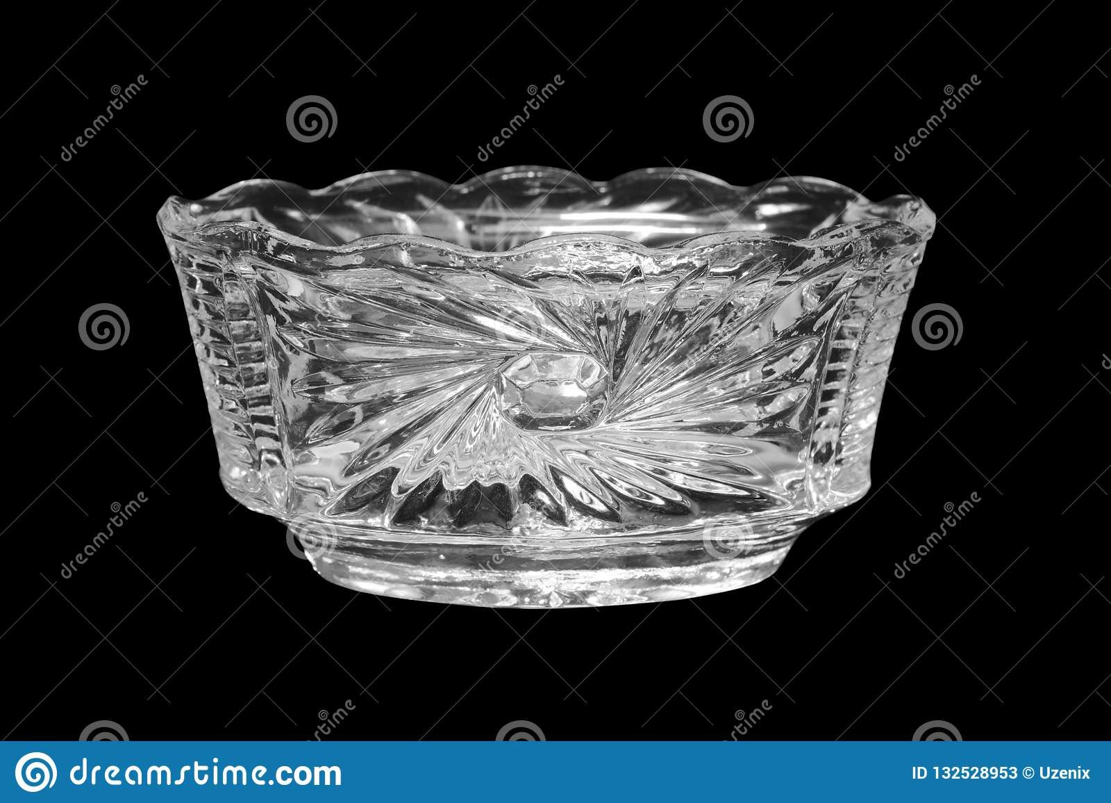 Vase en cristal d isolement sur un fond noir