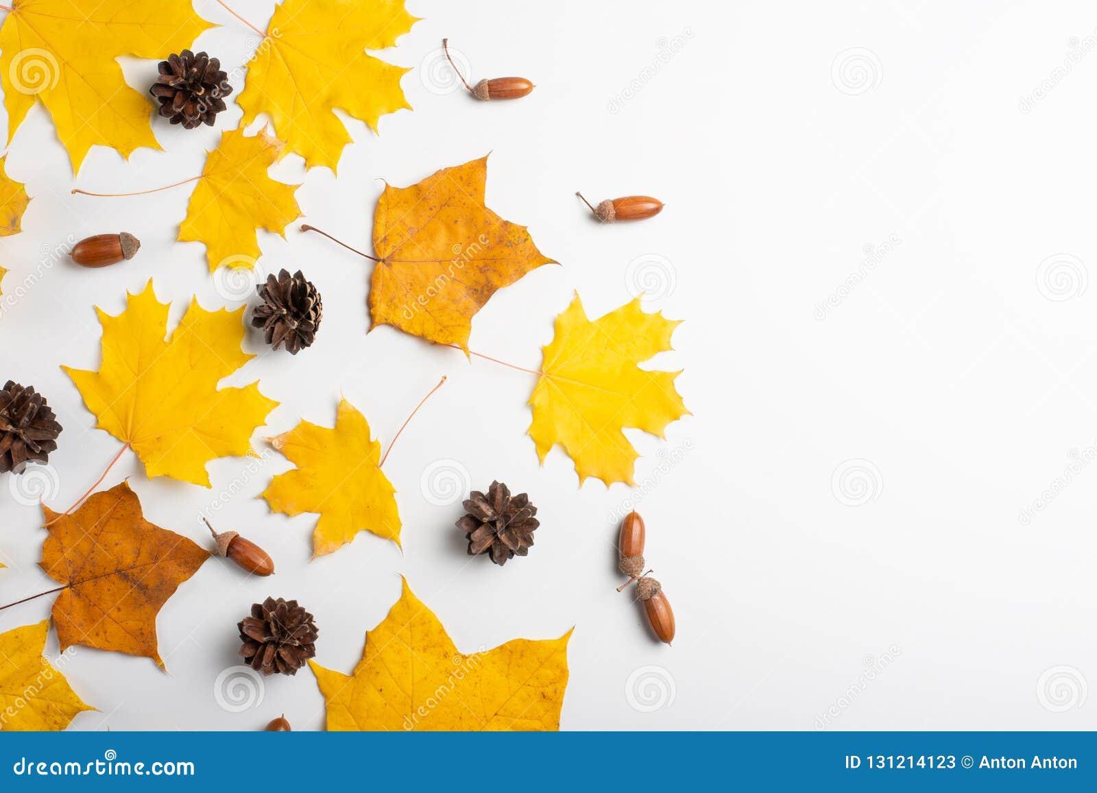 Vase mit trockenen Blättern, Apfel und Kerzen auf dem Rausschmiß Muster gemacht vom Herbstlaub Flache Lage, Draufsicht, Kopienrau