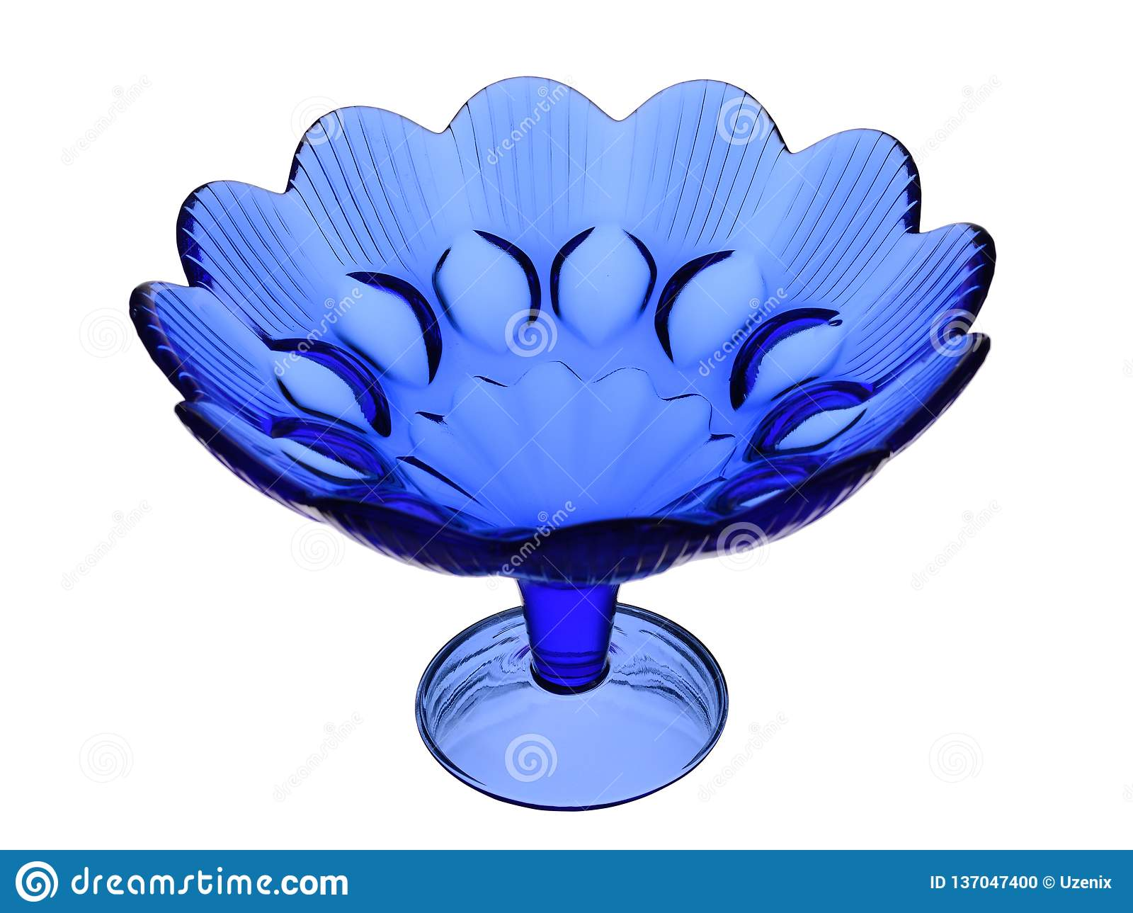 Vase saladier de verre bleu sur un fond blanc