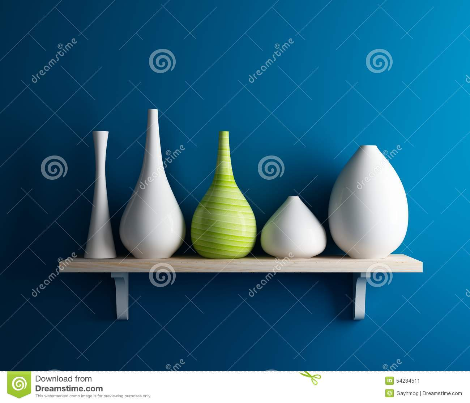 Vase sur l étagère avec l intérieur bleu de mur