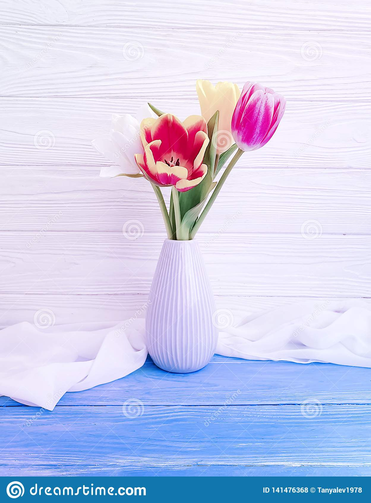 Vasenblumenstrauß der Tulpendekoranordnungsausgangsbunten romantischen Eleganz auf hölzernem Hintergrund