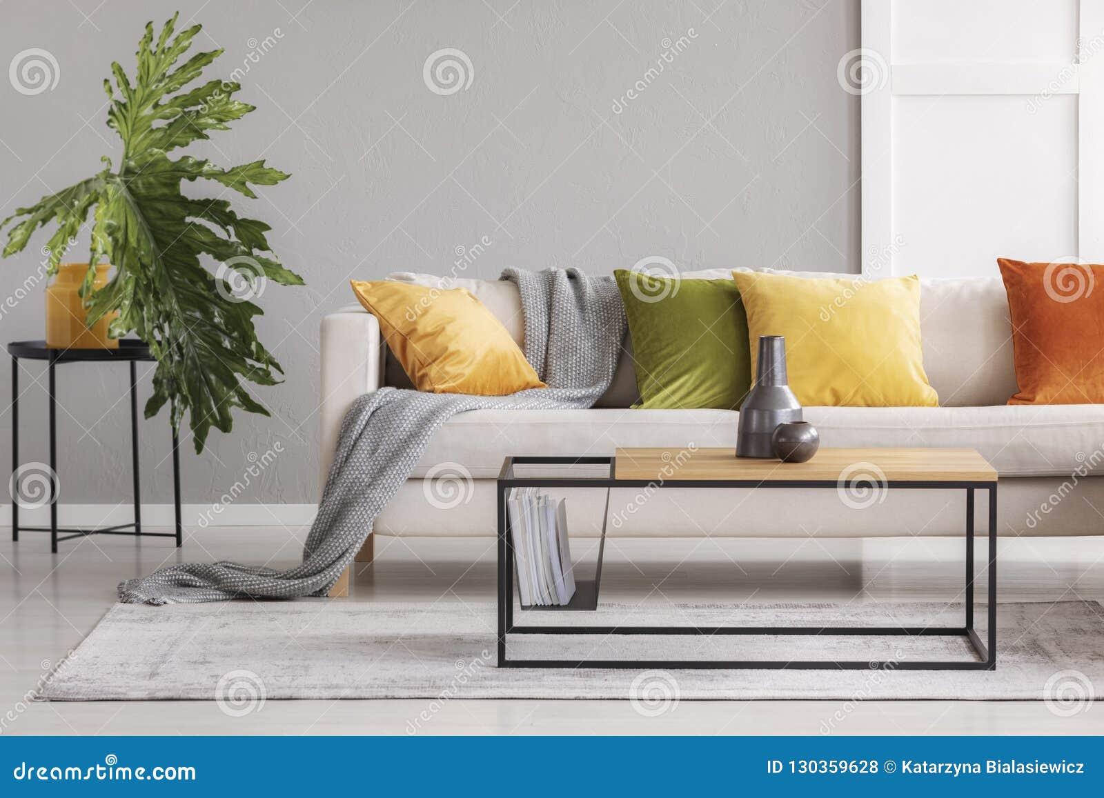 Table Basse Grand Salon vases en céramique sur la table basse en bois simple dans le